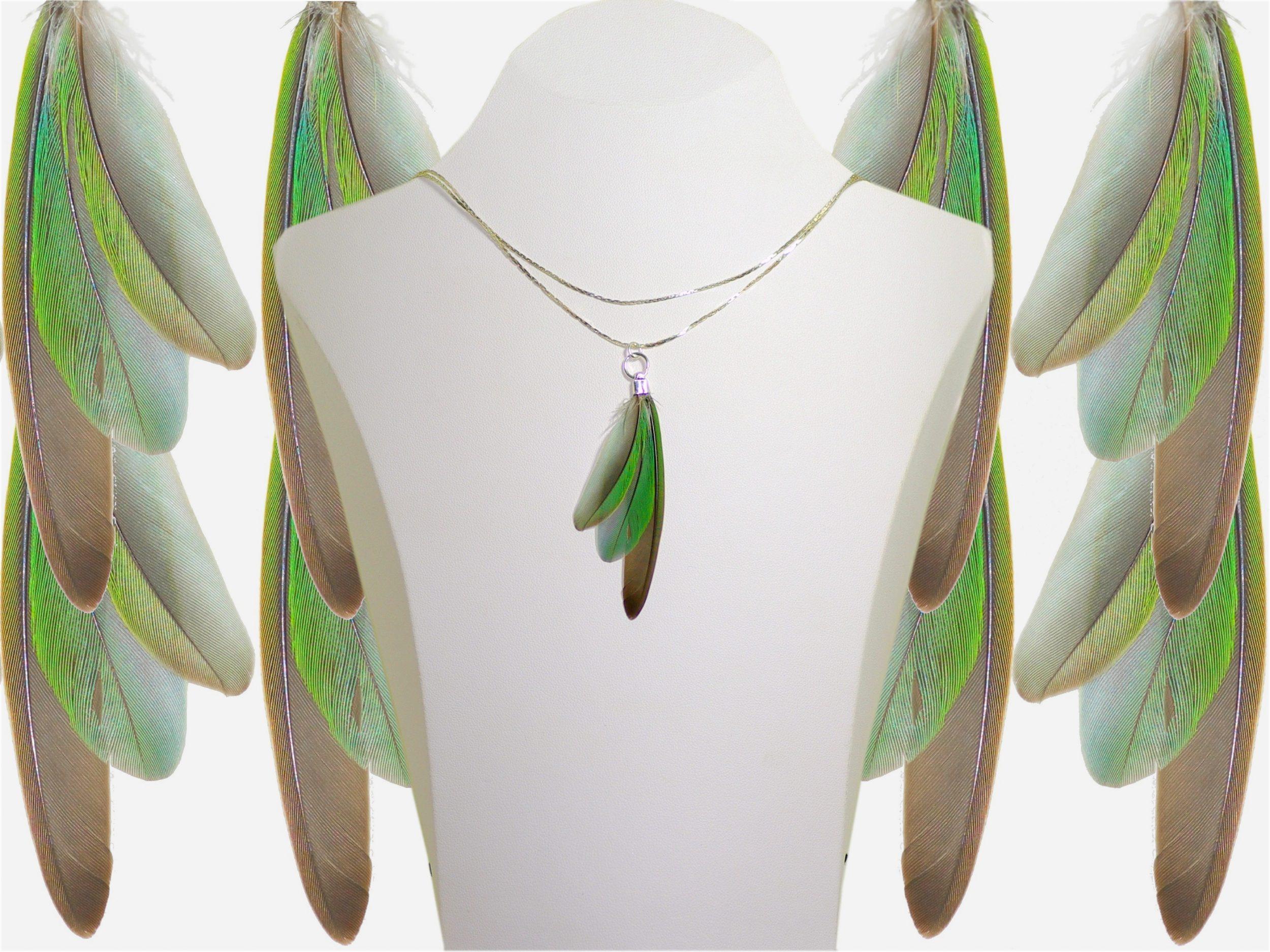 collier avec un pendentif plumes en éventail, plumes vert-gris, chaînes argentées