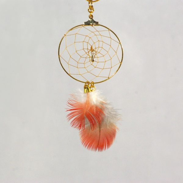 pendentif dreamcatcher doré et plumes rouges et blanches, gros plan