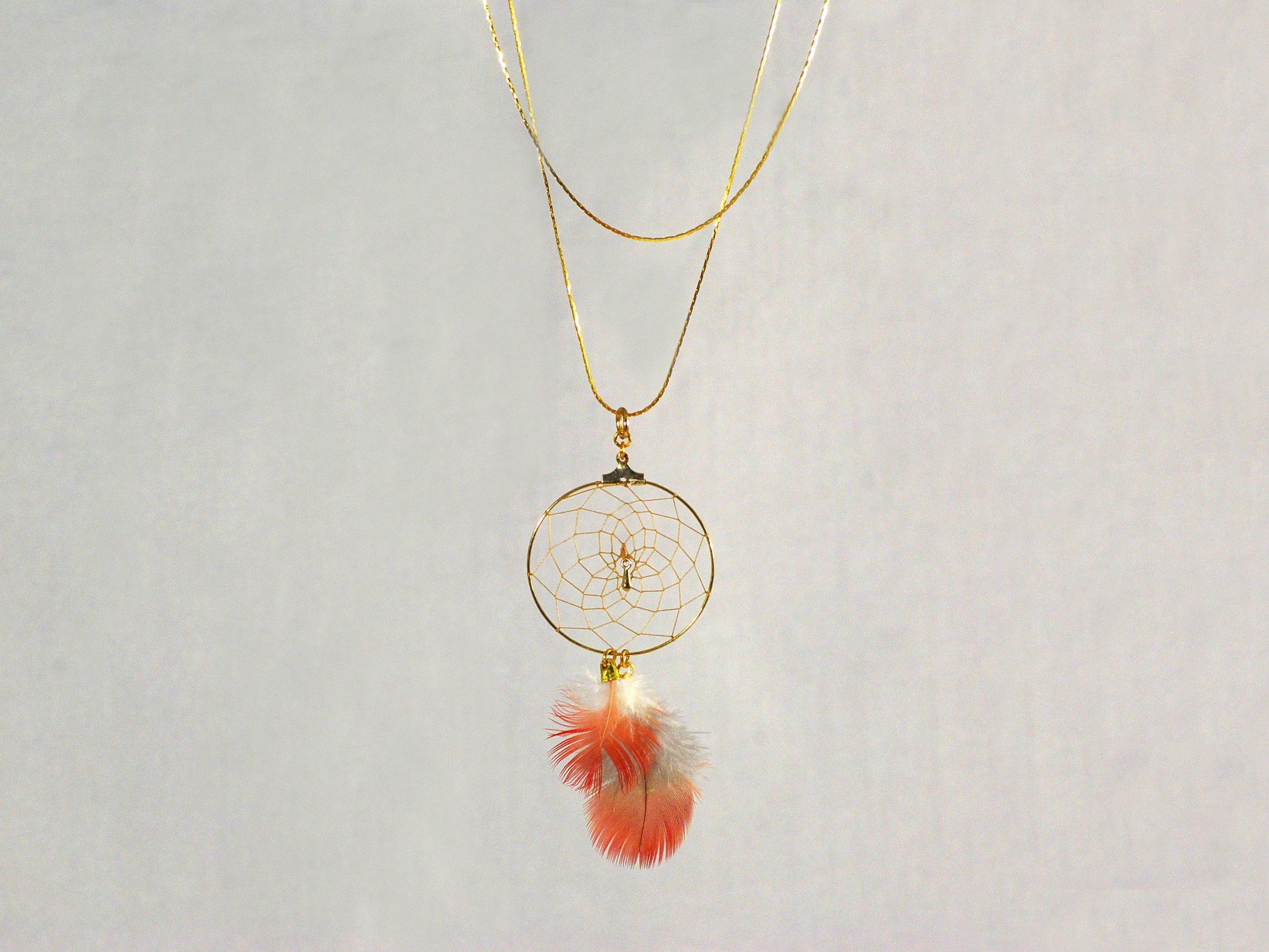 collier mi-long, deux tours de chaîne dorée, dreamcatcher doré à plumes rouges et blanches