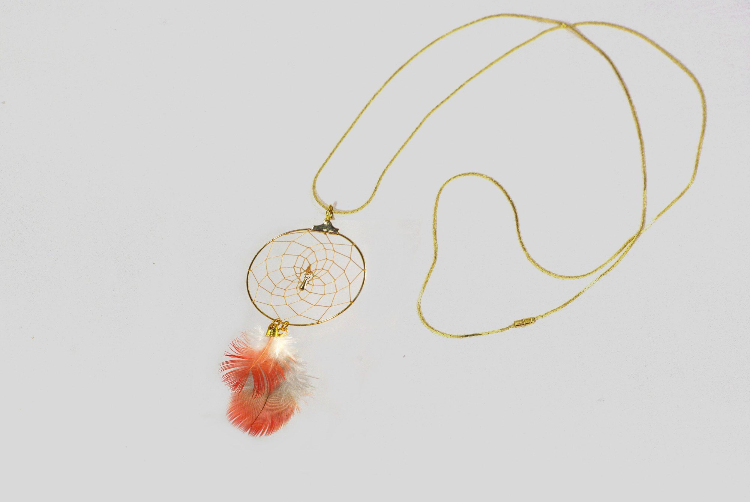 sautoir Rêves, dreamcatcher doré et plumes rouges, chaîne dorée, vue d'ensemble