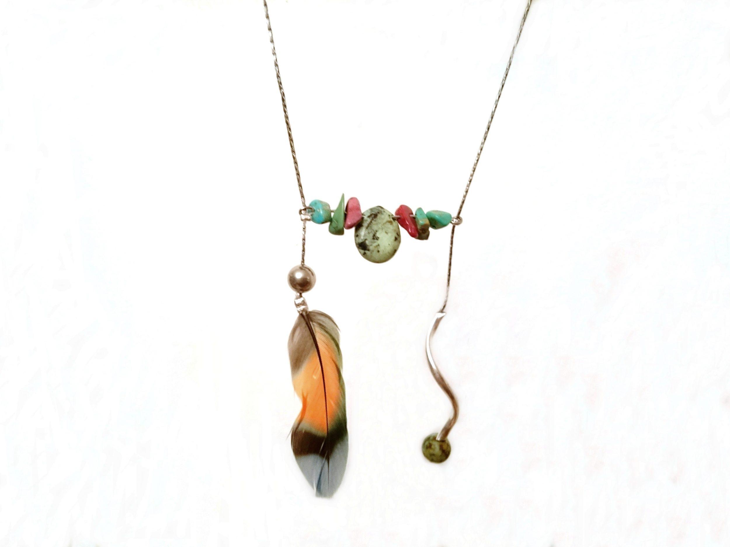 sautoir en forme de H avec une plume multicolore et des pierres fines turquoise et jaspe, pendentifs vus en gros plan