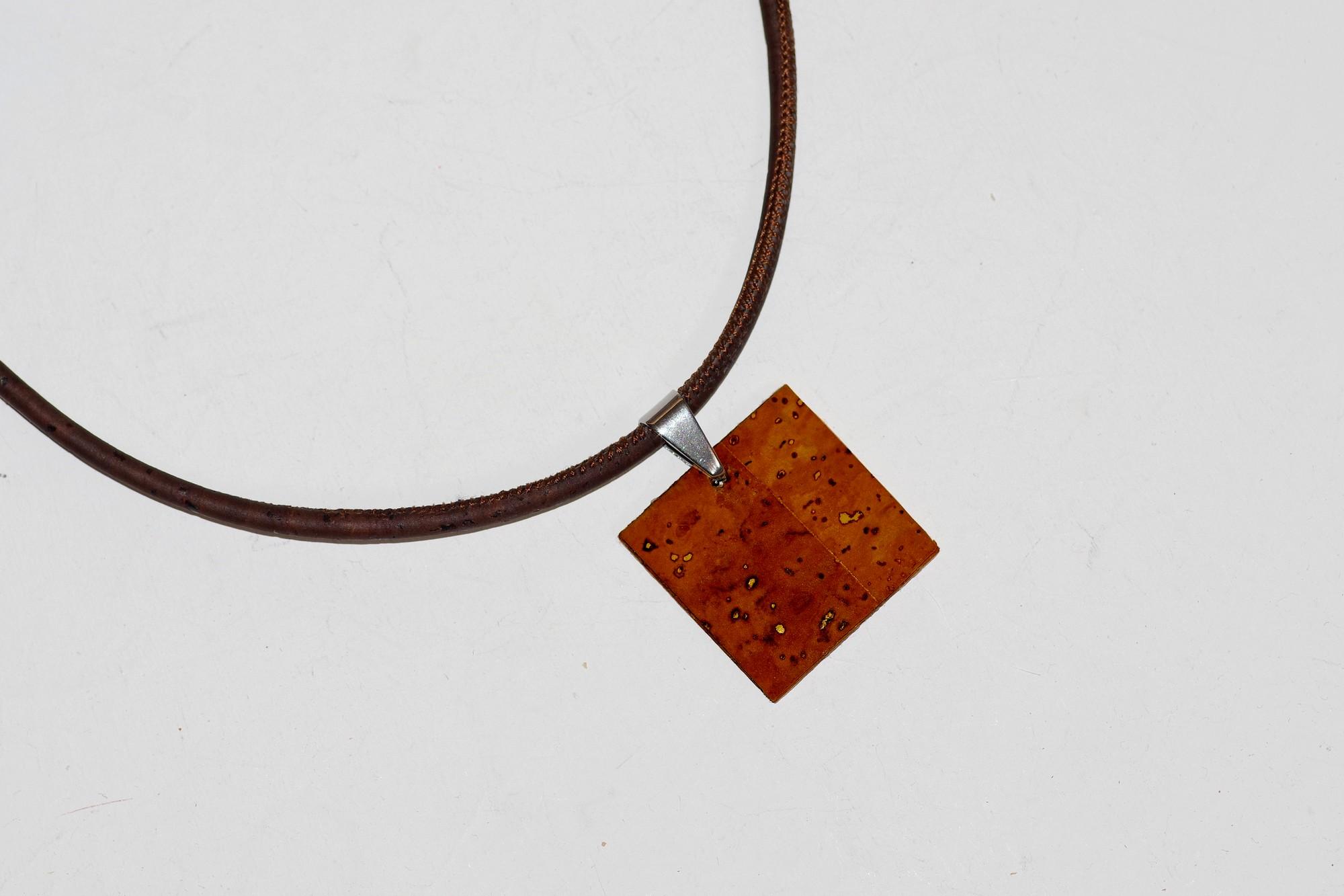pendentif de liège marron roux, cordon de liège marron, look naturel et très épuré