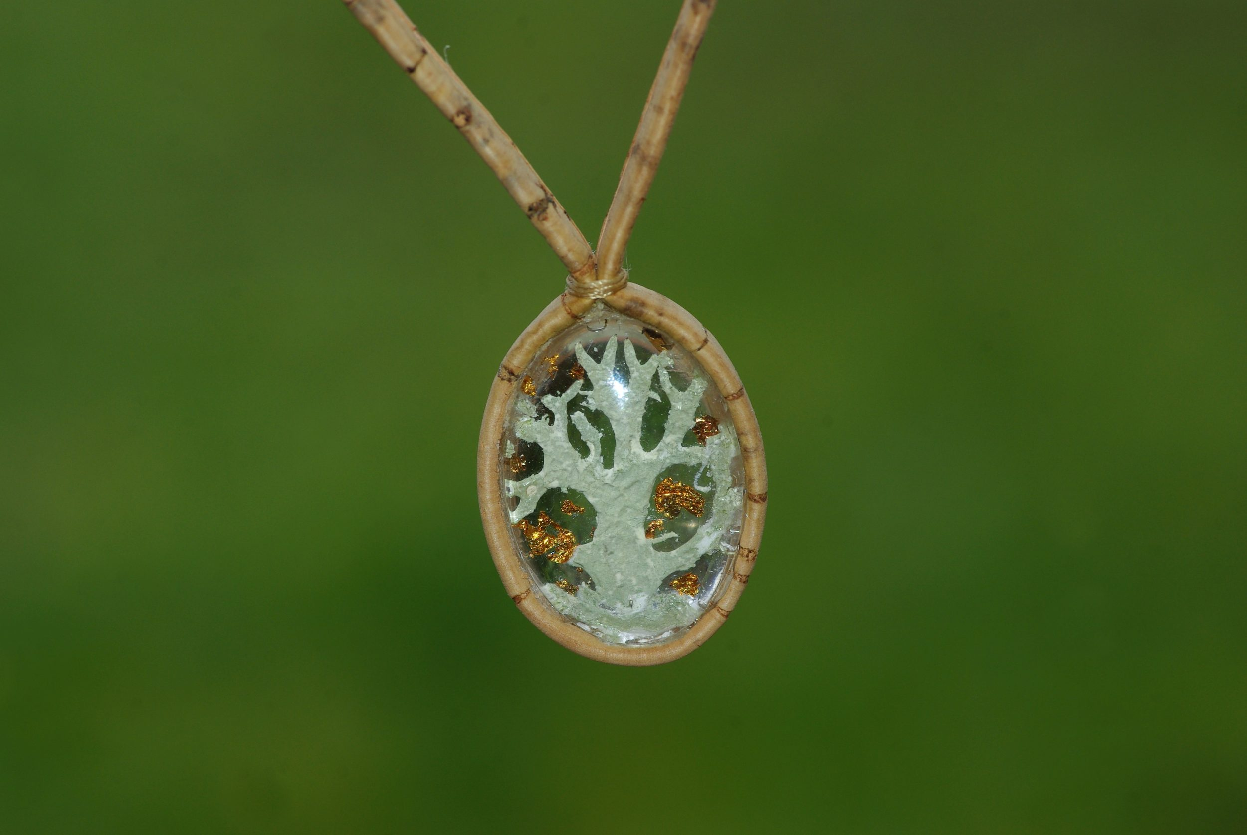 Collier en liège avec un pendentif en verre renfermant u morceau de lichen