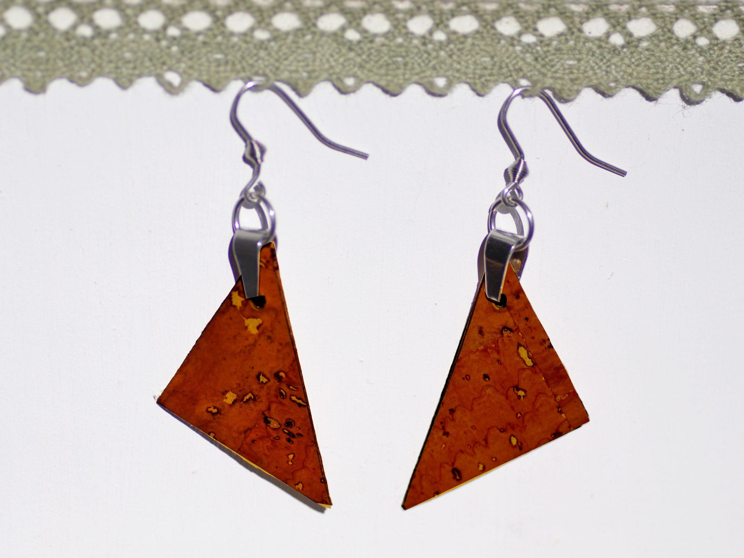boucles d'oreilles triangulaires en liège marron roux, style épuré