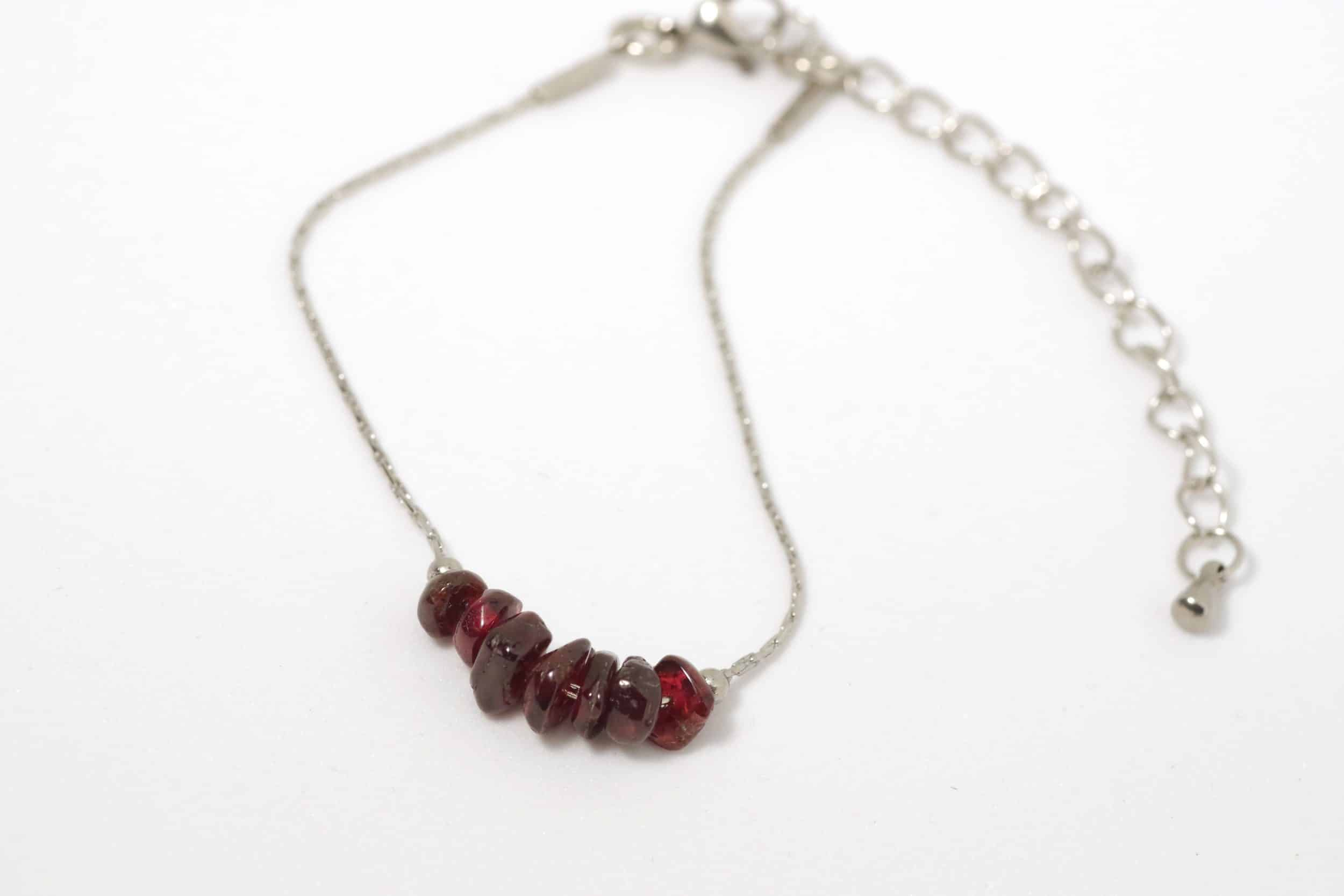 bracelet fin : chaîne en inox et pierres rouges grenat irrégulières