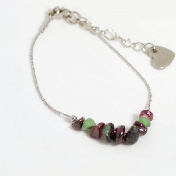bracelet réglable,chaîne très fine en inox, quelques perles de pierres gemmes veres et rouges, coeur en inox au bout de la chaînette du fermoir