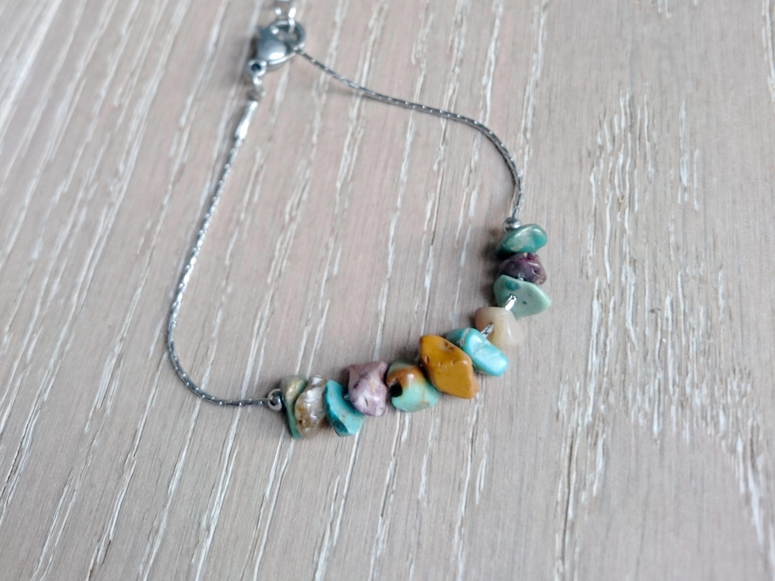 Bracelet chaîne en inox et perles de pierres turquoise et jaspe
