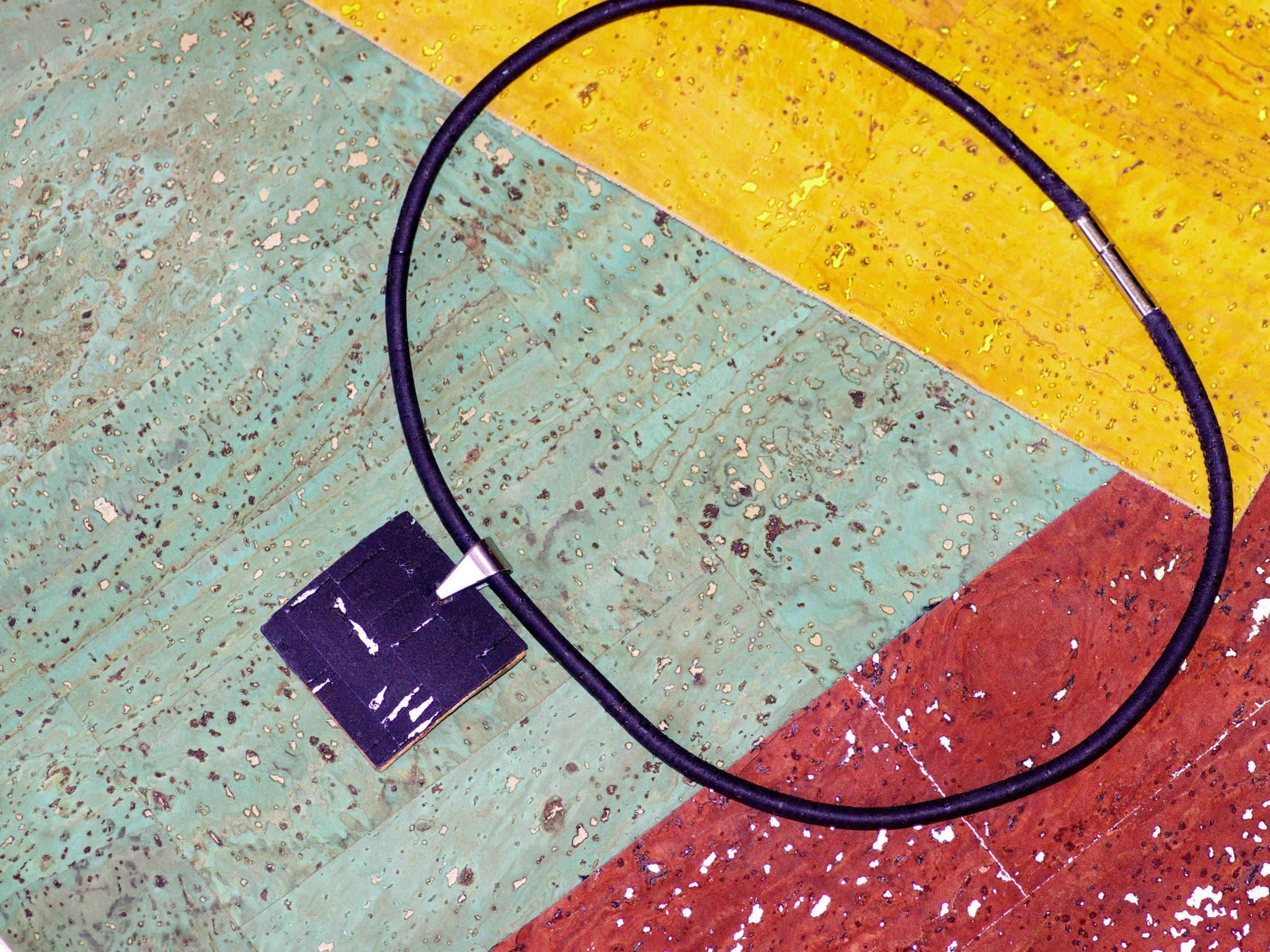 Collier de liège noir et argenté, pendentif carré