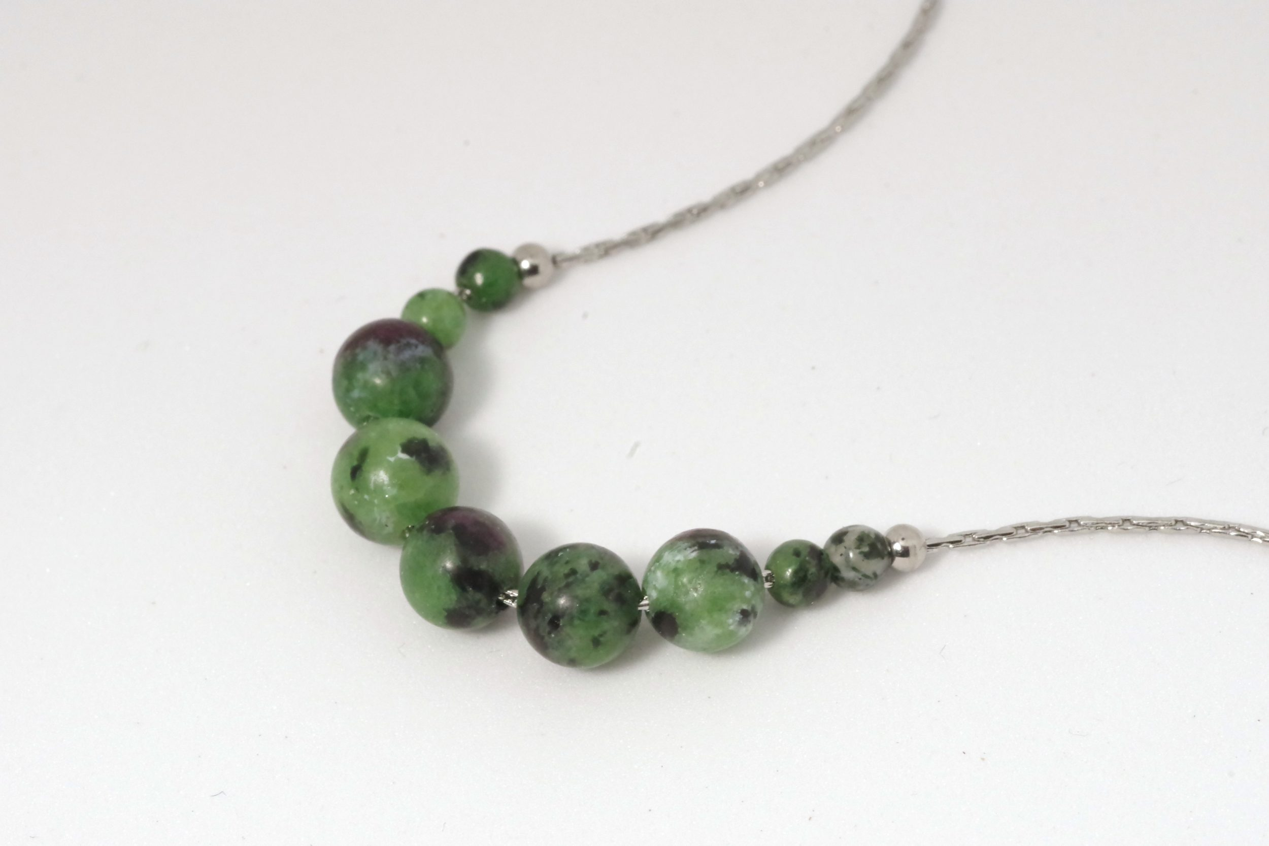 chaîne en inox avec des perles de pierre verte veinée de rouge