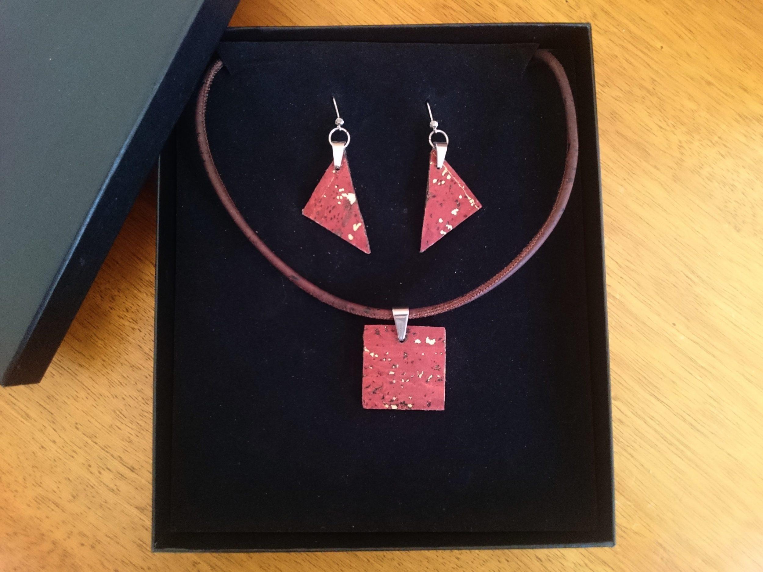 parure en liège aux pendentifs géométriques carrés et triangulaires: collier et boucles d'oreille, présentée dans un écrin