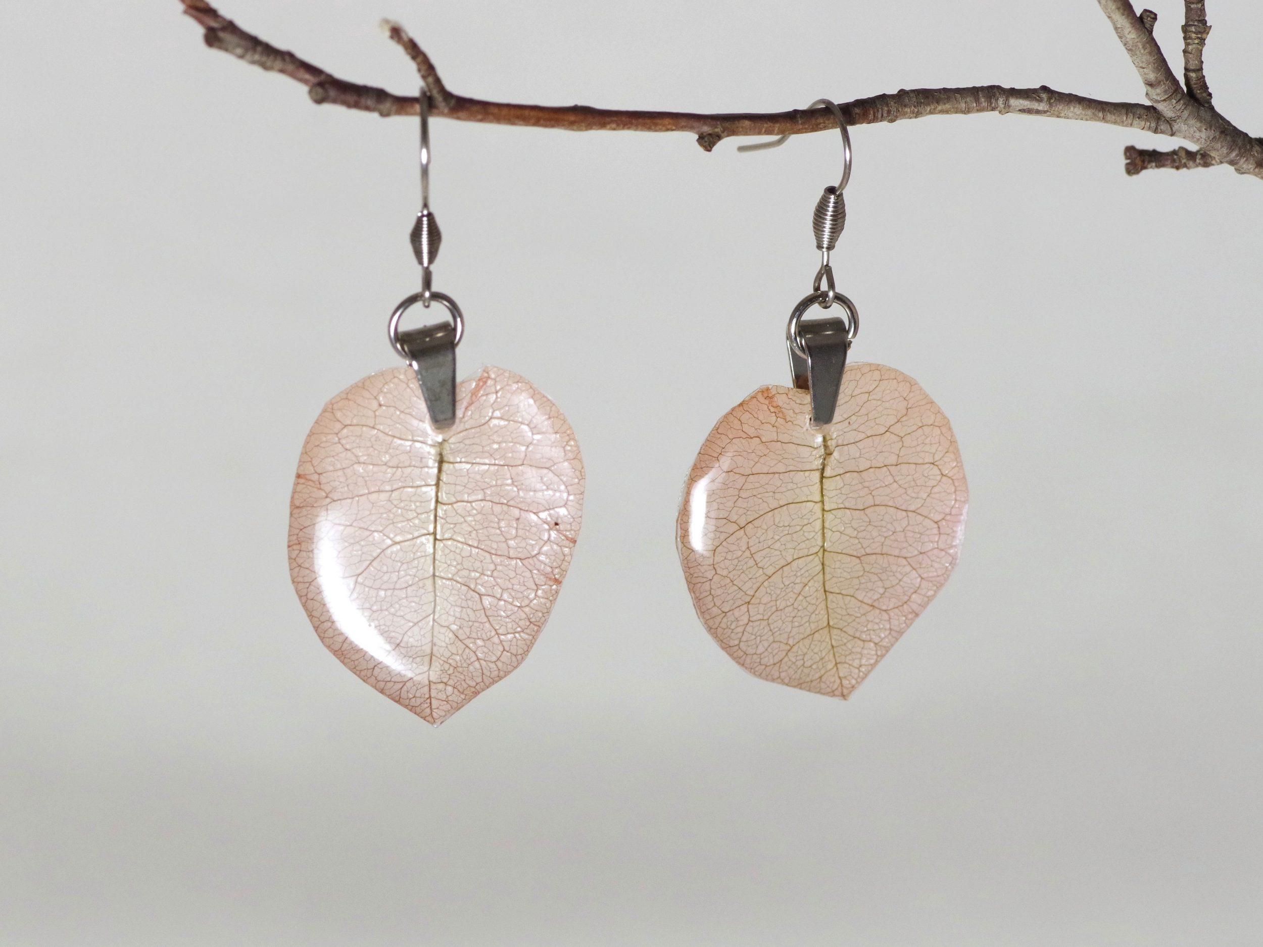 boucles d'oreilles végétales : délicates bougainvillées beige rosé avec un joli réeseau de nervures