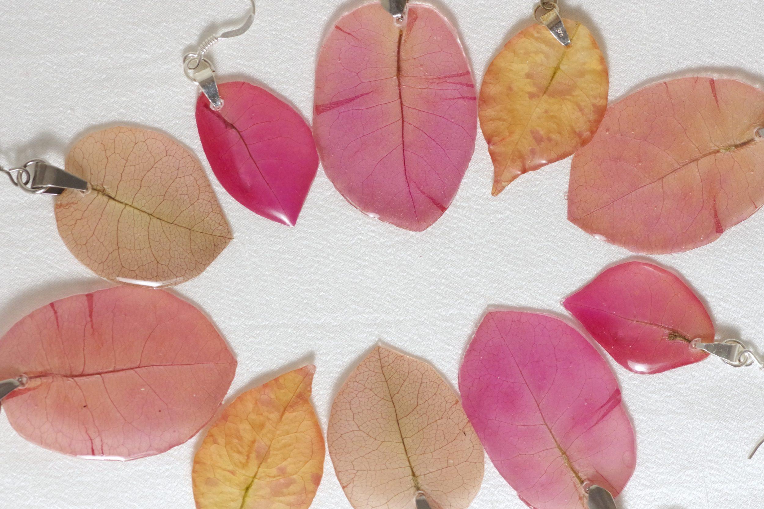 boucles d'oreilles avec des pétales de bougainvillier de tailles et couleurs variées à dominante rose