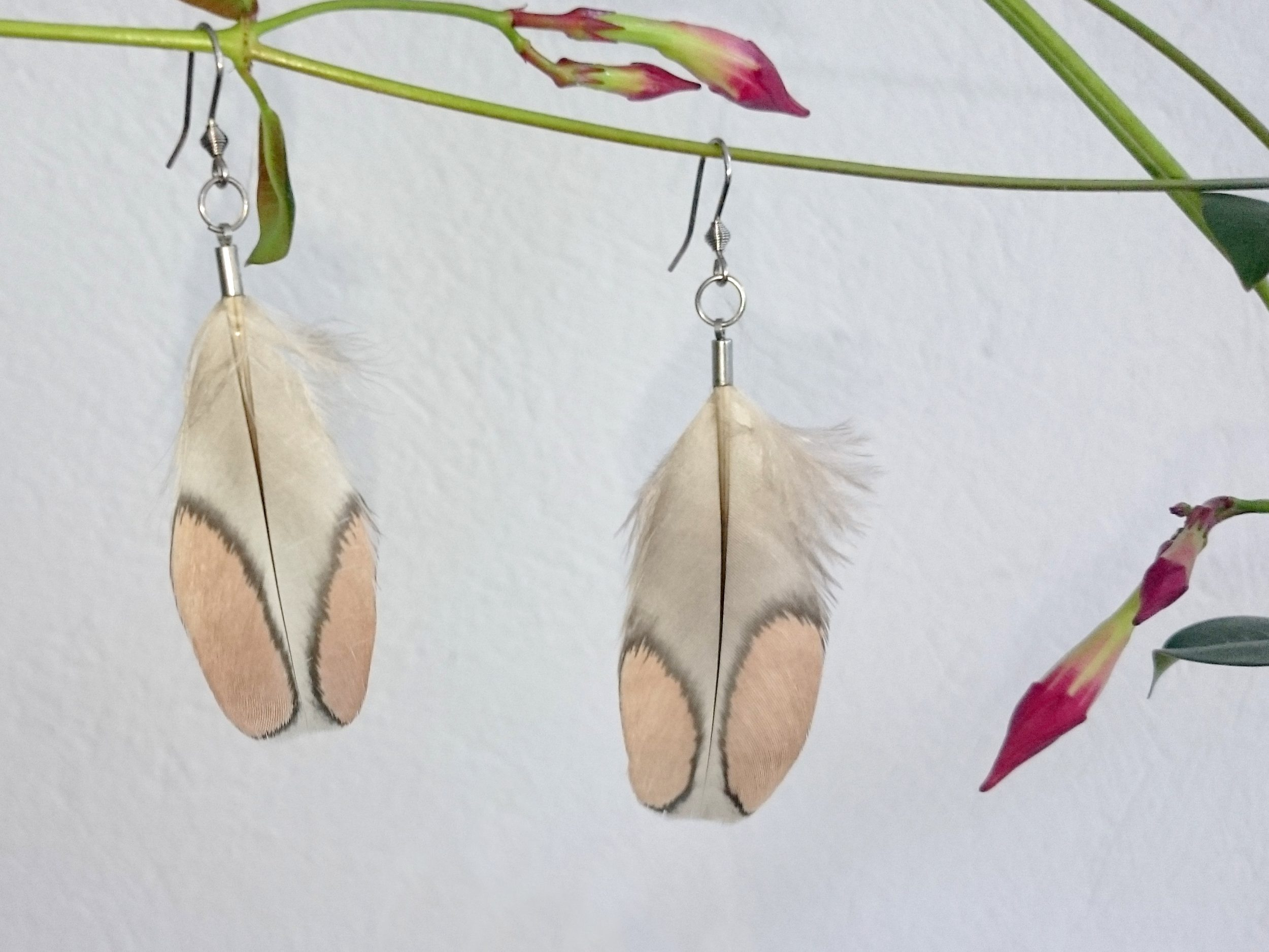 Boucles d'oreilles gris et nude :deux grandes plumes grises avec deux lobes vieux rose