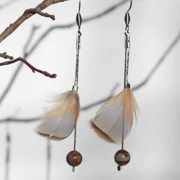 boucles d'oreilles à plumes naturelles gris, beige, marron, élégantes sur de fines chaînes argentées, perles de pierre assorties