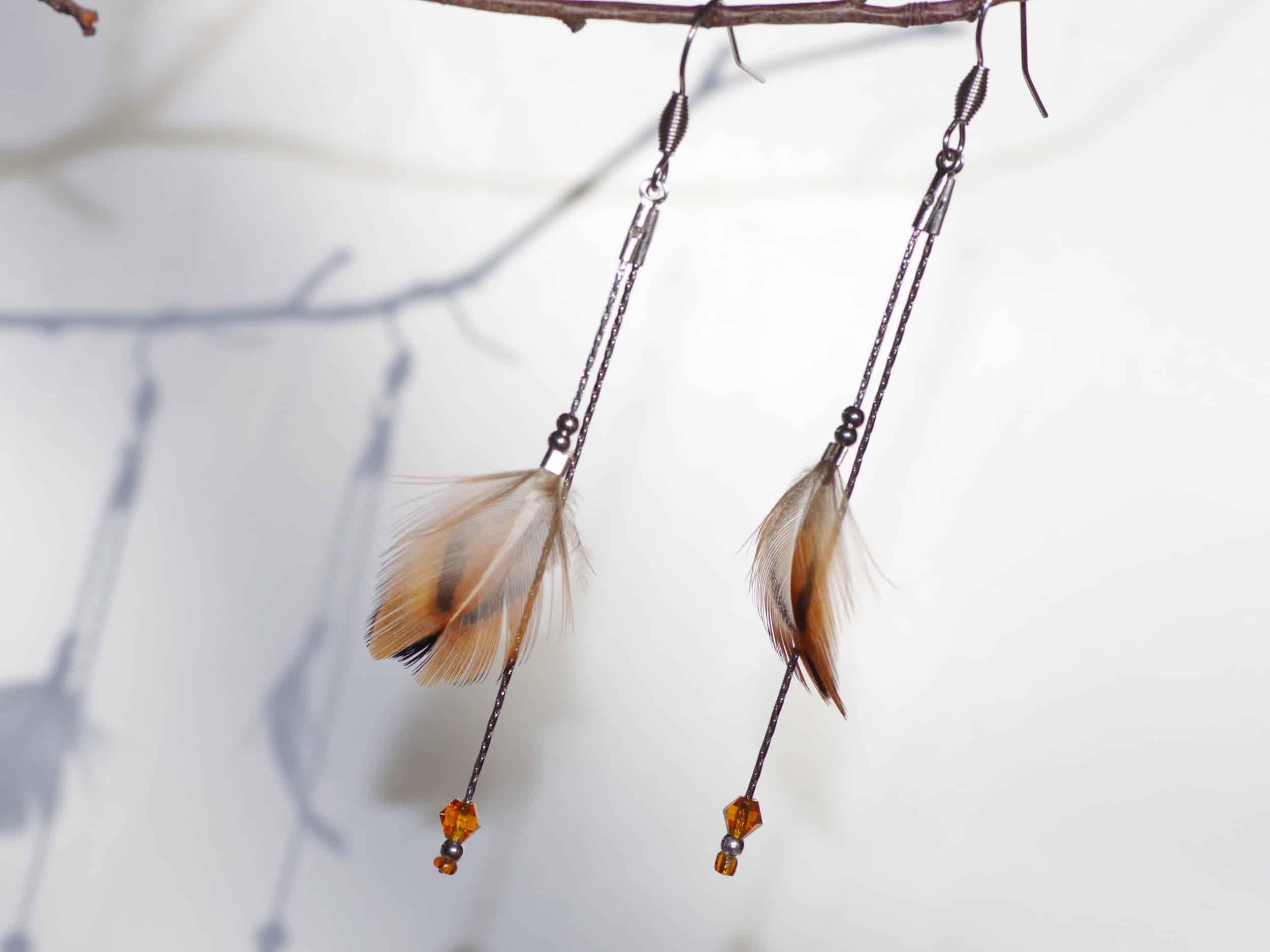 boucles d'oreilles à petites plumes marron sur de fines chaînes argentées, chic et naturel,