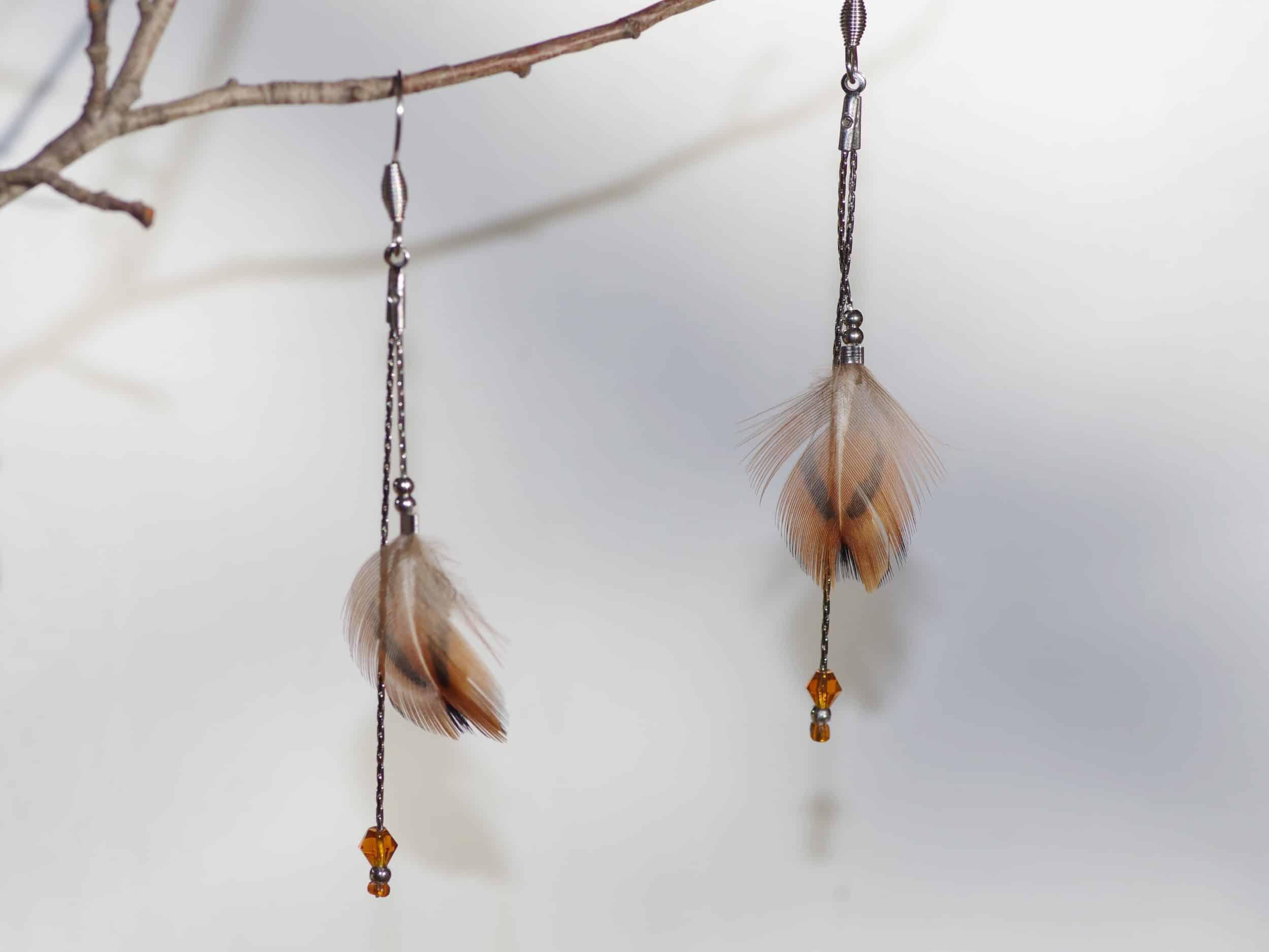 boucles d'oreilles à petites plumes marron sur de fines chaînes argentées, chic et naturel