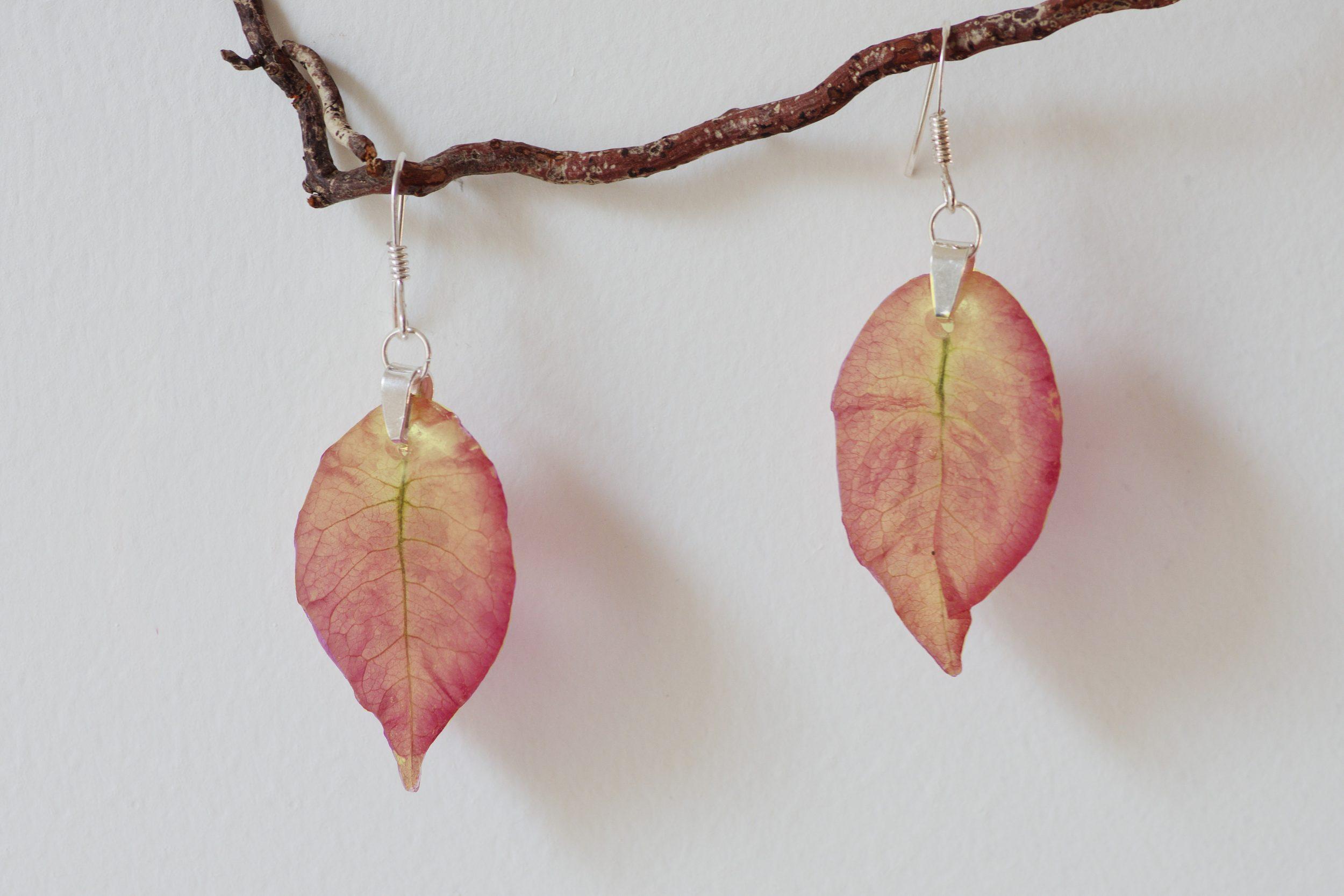 boucles d'oreilles à pendentifs végétaux :bractées de bougainvillées saumon (rose orangé)