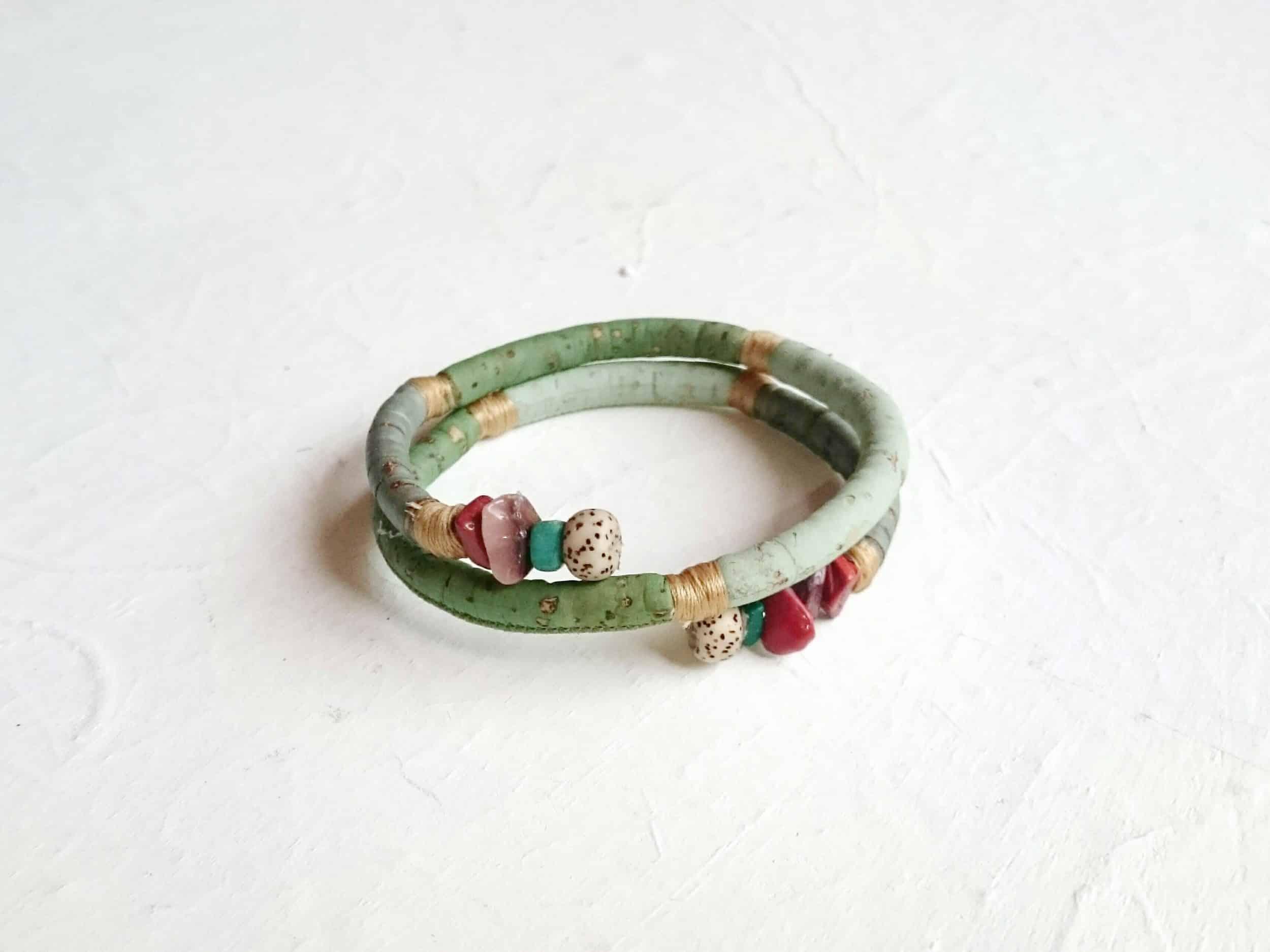 bracelet spirale en liège dans des tons vert aamnde avec quelques pierres turquoise, marron, beige à l'extrémité de la spirale