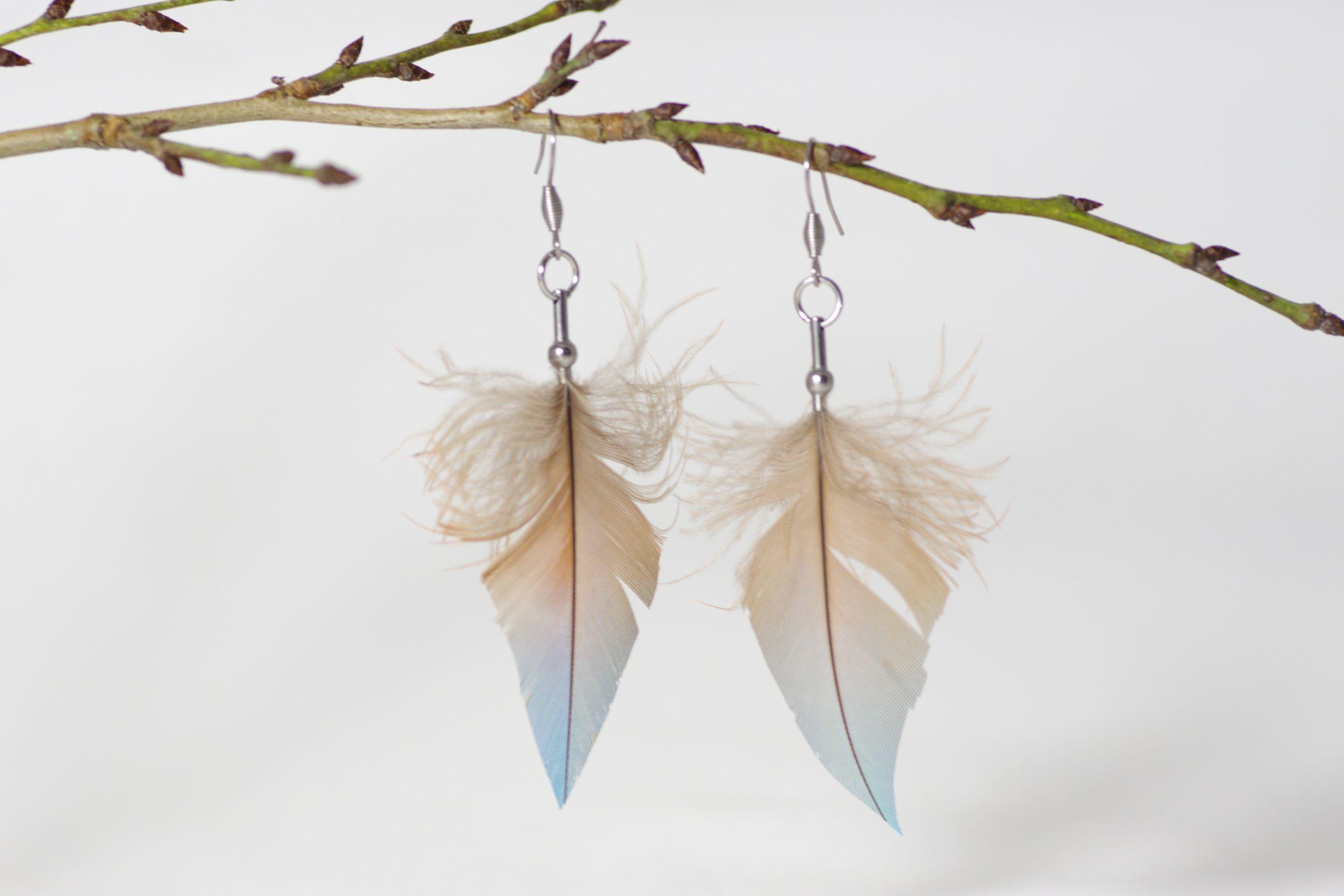 boucles d'oreilles à plumes bleu gris en forme de flèche aux couleurs très douces