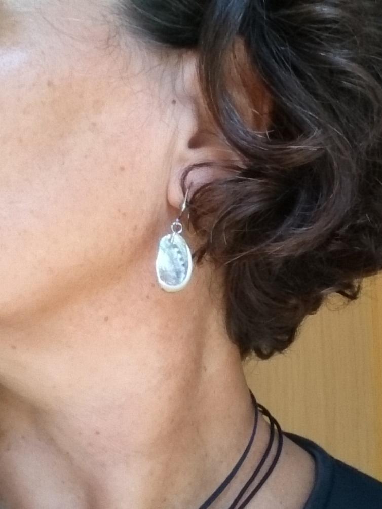 coquillages brillants : petits ormeaux sur des boucles d'oreilles