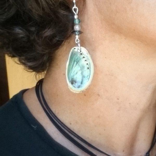 de beaux ormeaux très brillants montés en boucles d'oreilles avec des perles un peu bohèmes, crochets argentés