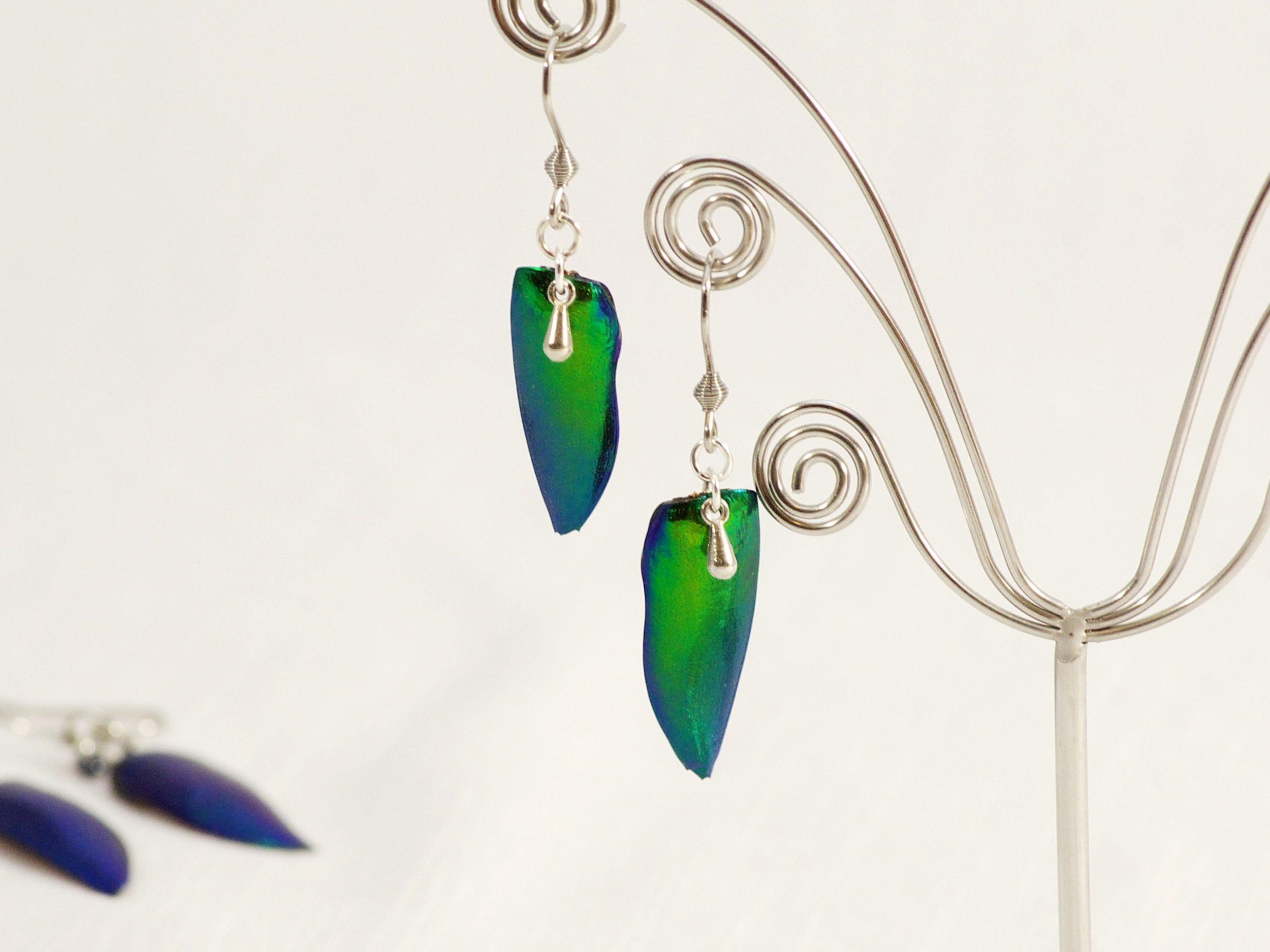 Boucles d'oreilles scarabées vetrs à reflets métallisés bleu verts avec de petites gouttes argentées