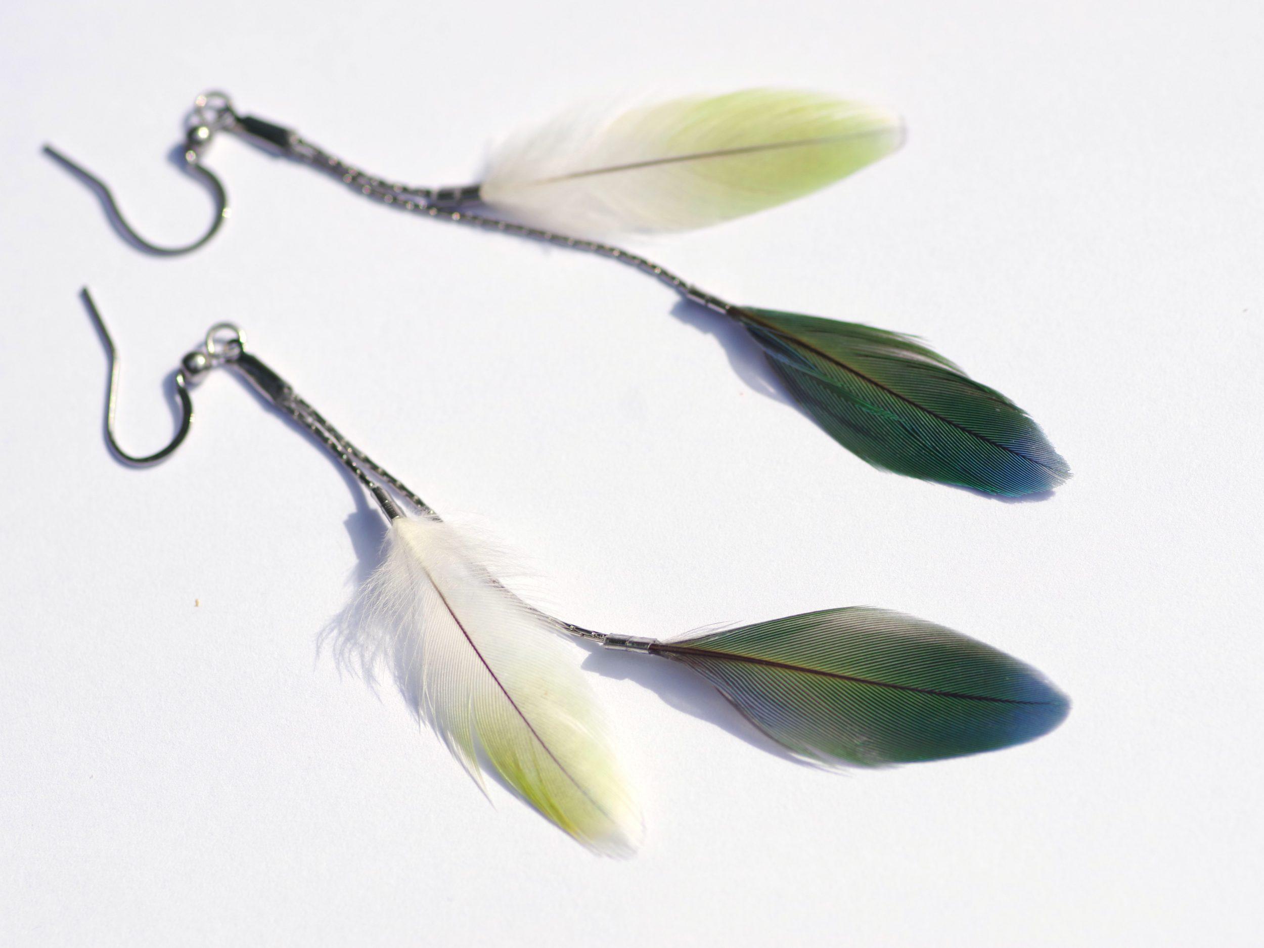 boucles d'oreilles avec double pendants ; deux petites plumes vertes sur des chaînes très fines argentées. plumes vert clair et vert foncé