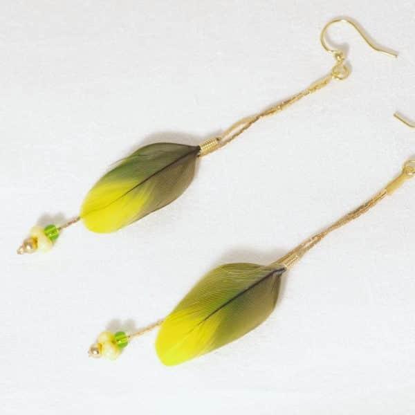 boucles d'oreilles avec de jolies plumes vert et jaune sur des fines chaînes dorées