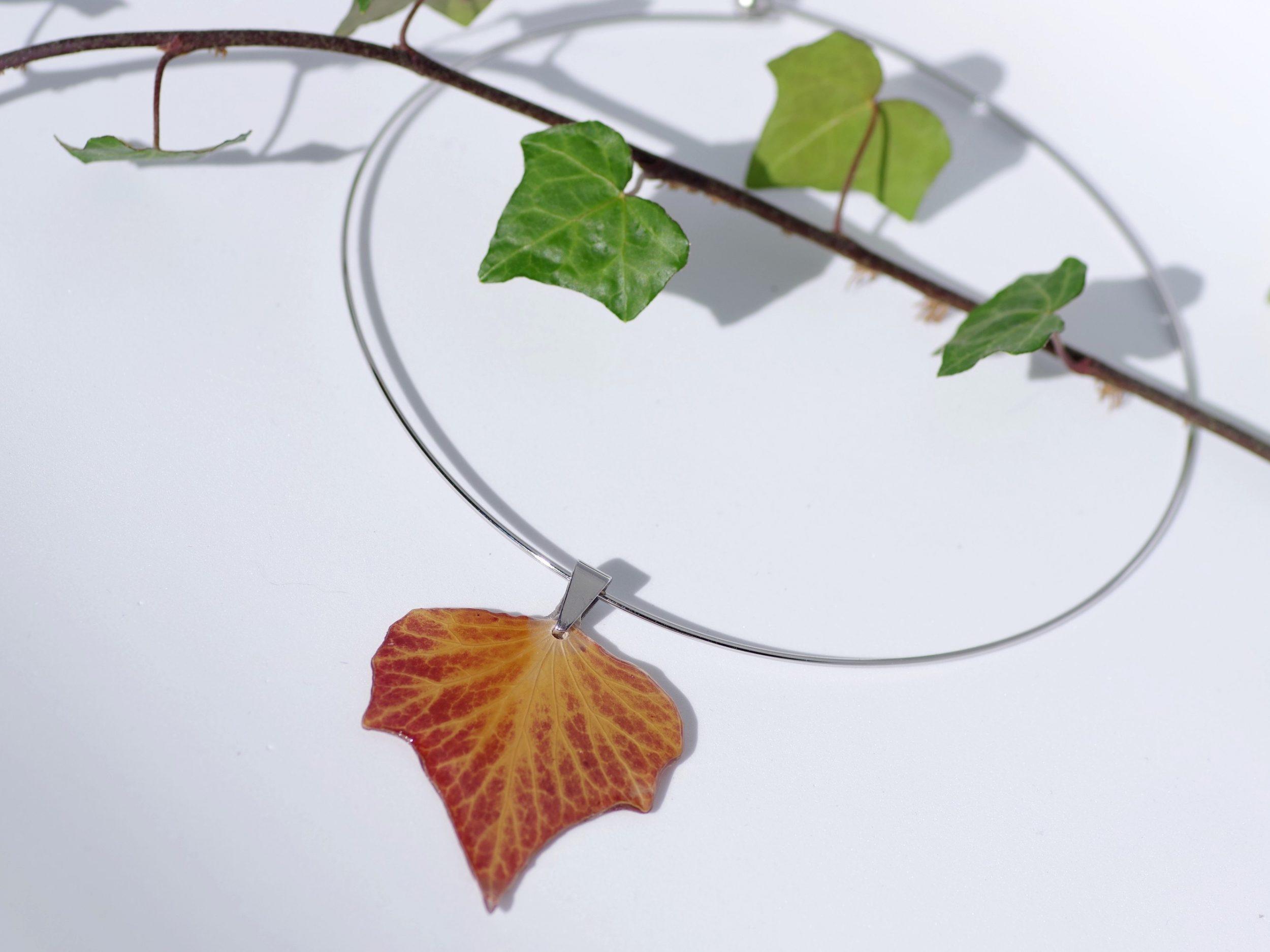 pendentif feuille de lierre rousse, couleur d'automne, tour de cou moderne en inox