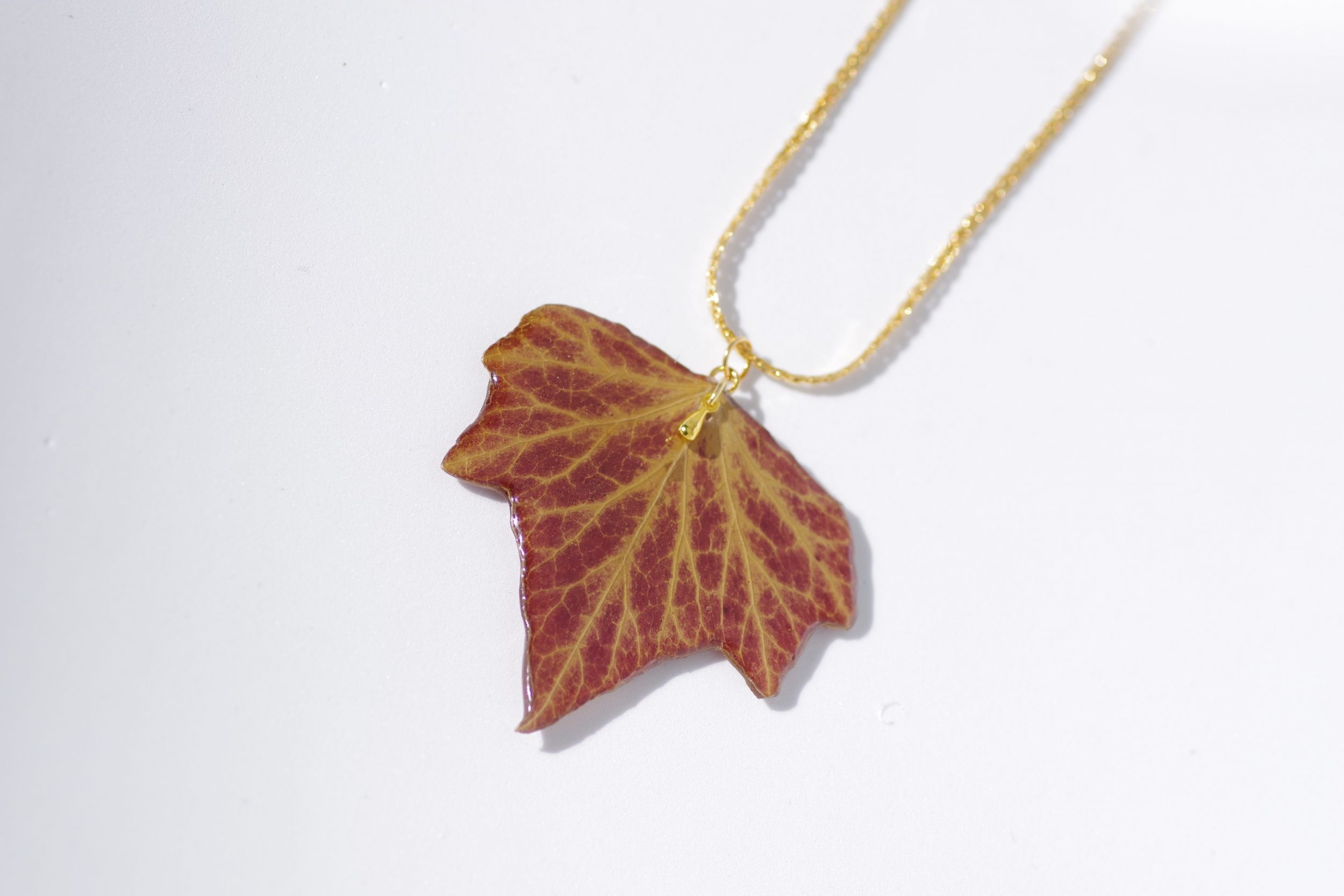 belle feuille de lierre aux couleurs d'automne transformée en pendentif sur une chaine plaquée or ouvragée