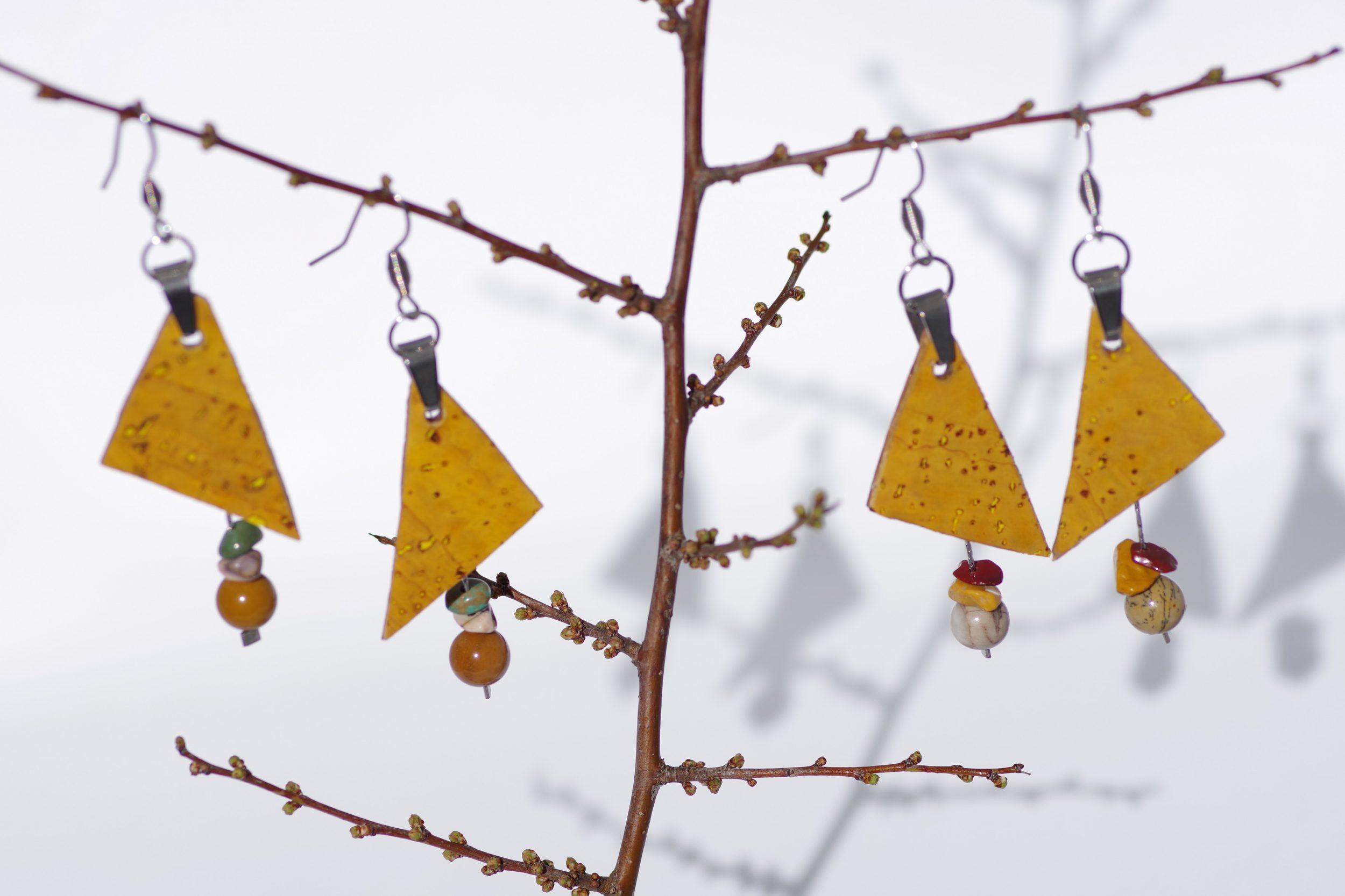 deux paires de boucles d'oreilles avec des triangles de liège jaune associés à des chaînes et pierres gemmes qui pendent sous les triangles, couleurs assorties