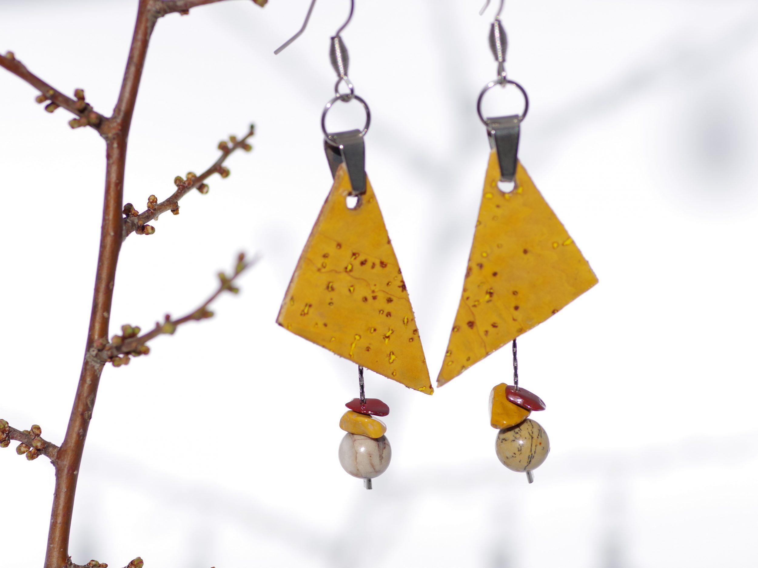 boucles d'oreilles à double pendentif : triangule en liège jaune, pierres naturelles sur des chaines en inox