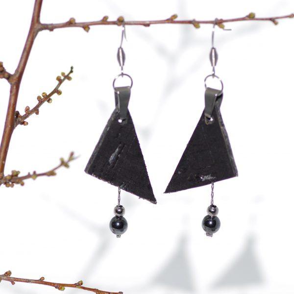 Boucles d'oreilles avec deux pendentifs : un triangle de liège noir et argent et une chaîne argentée portant des perles noires