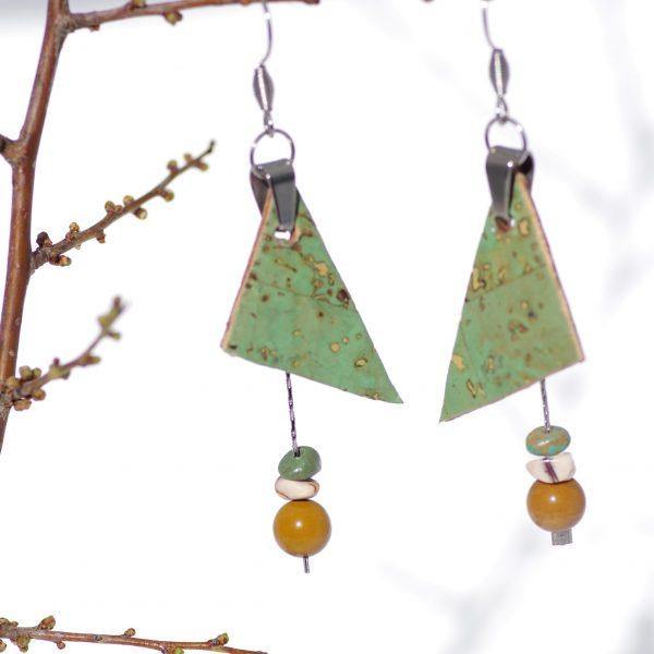 pendentifs en liège vert de forme triangulaire associés à des petites chaînes avec trois perles de pierres vertes et ocre, attache et crochets de boucles d'oreilles argentés (inox)