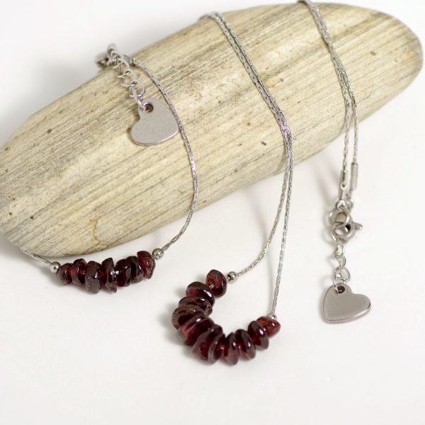 parure collier et bracelet, chaînes en inox, perles de pierres grenats et coeur en inox.