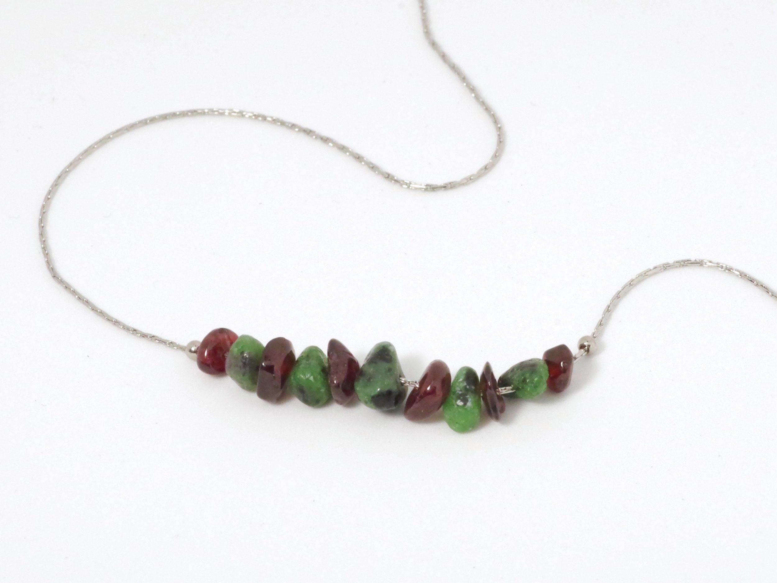 collier de pierres : chaîne fine en inox et gemmes vertes et rouges