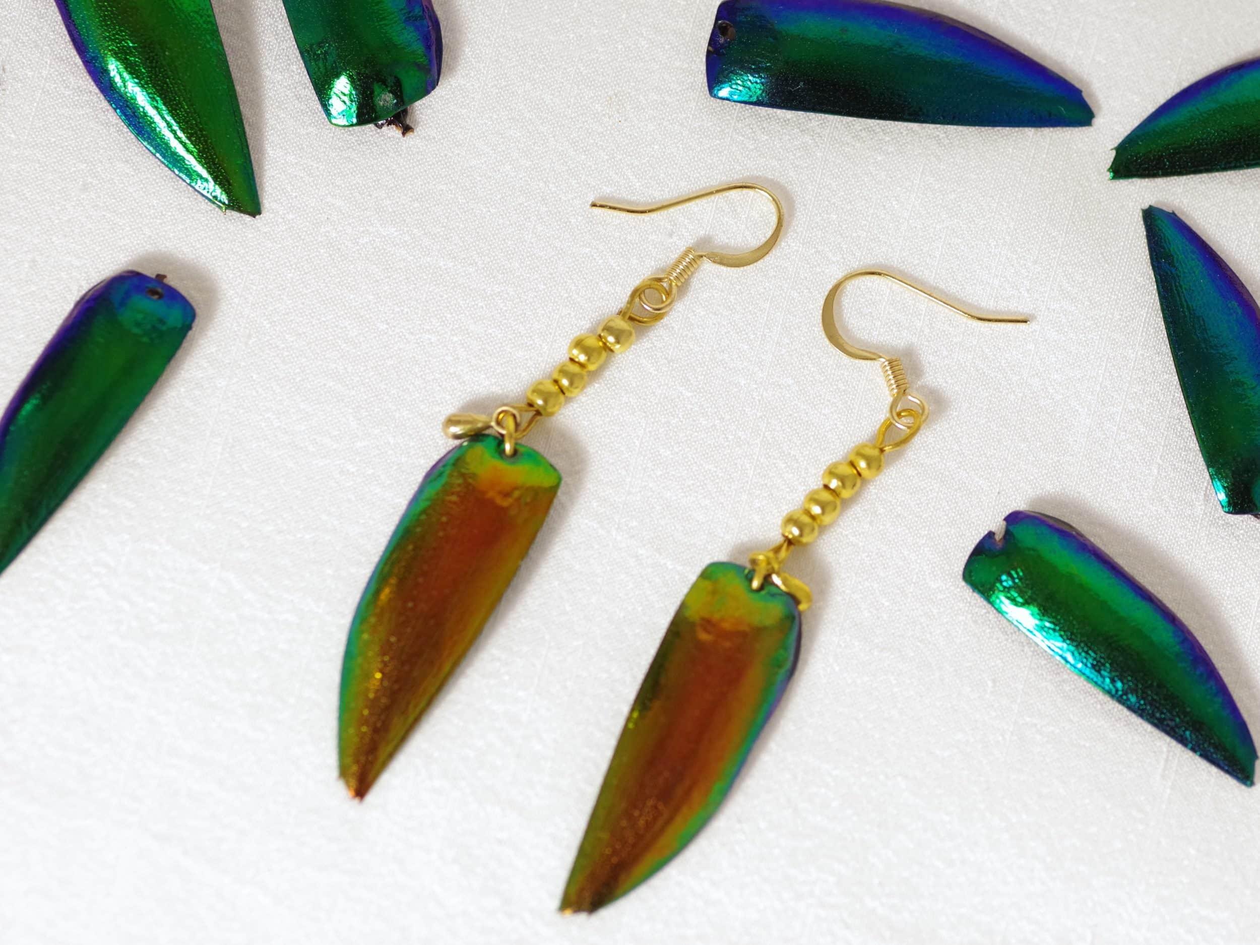 boucles d'oreilles avec des elytres s=de scarabées cuivrés et trois petites perles plaquées or