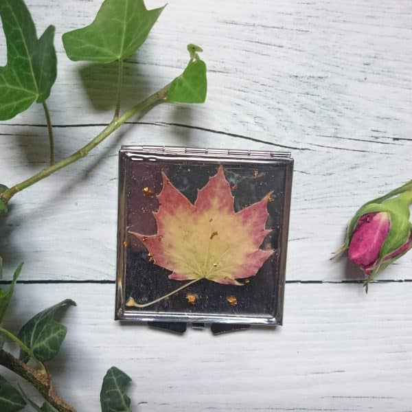 Miroir de poche carré, argenté avec un décor végétal en inclusion : feuille d'automne beige dégradé verrs le roux