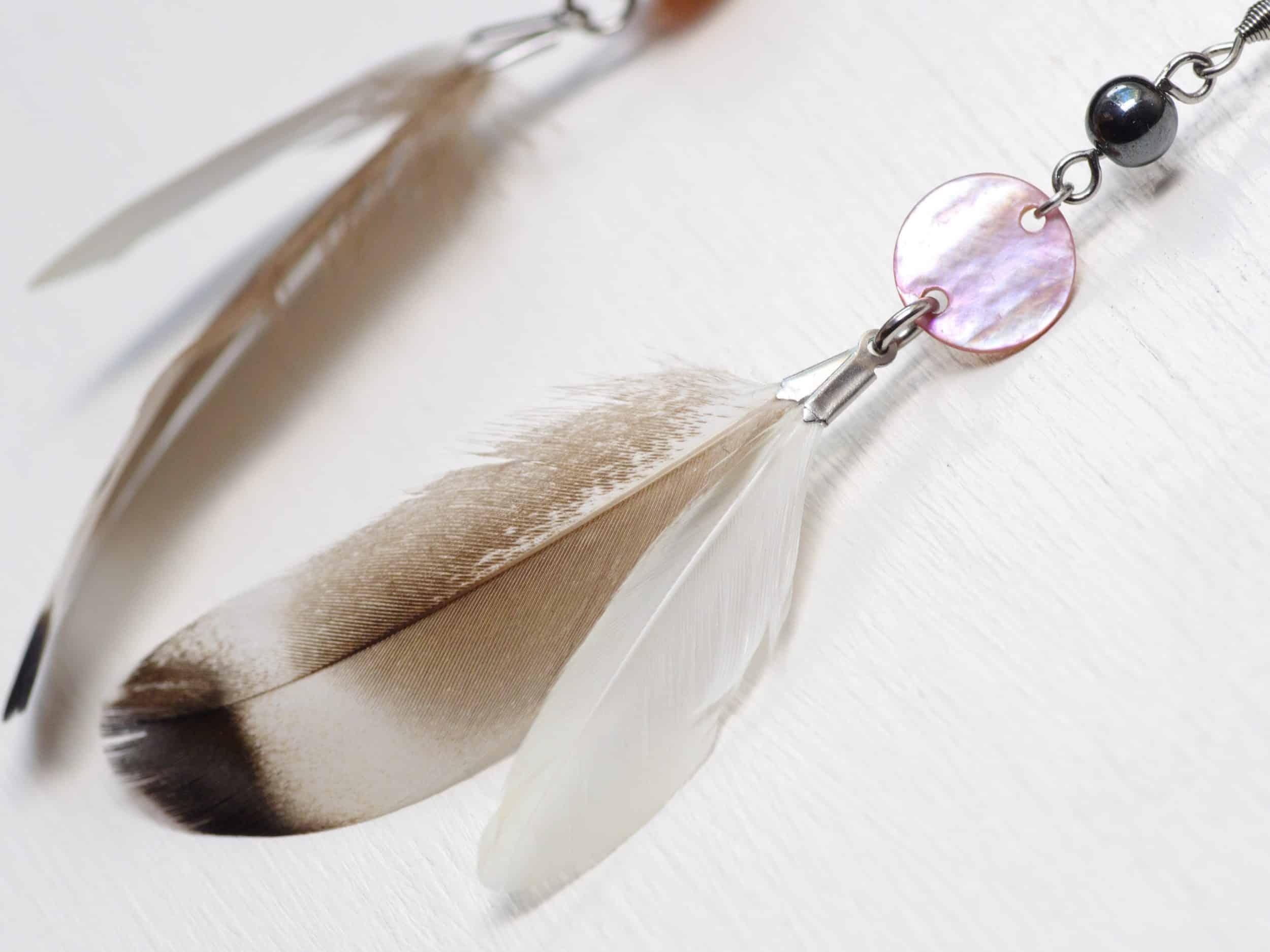 boucles d'oreilles nacre rose et plumes grises et blanches jolies couleurs douces comme un petit matin