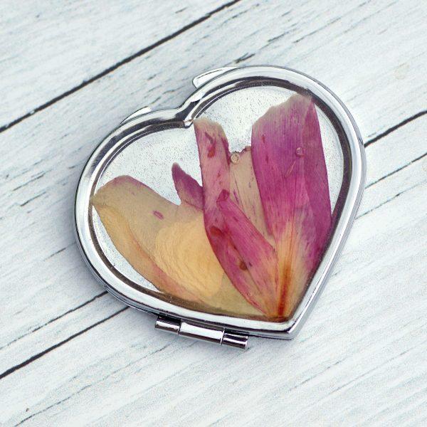 miroir de poche argentéen forme de coeur, décor floral , pétales roses et jaunes