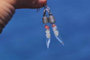 boucles d'oreilles en verre en forme de corene contenant de mini coquillages blancs et roses, capuchon argenté