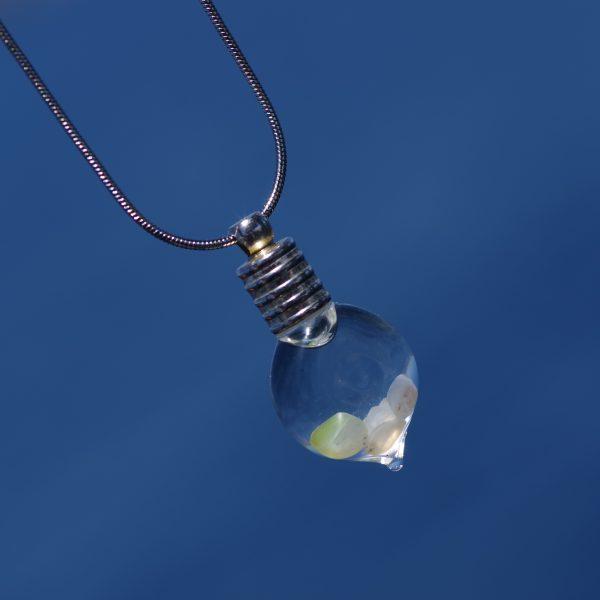 pendentif petite fiole de coquillages blancs , chaîne argentée