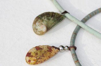 collier_suvarina-C_ormeau-rouge-jaune_liege-gris_perles-inox (5)