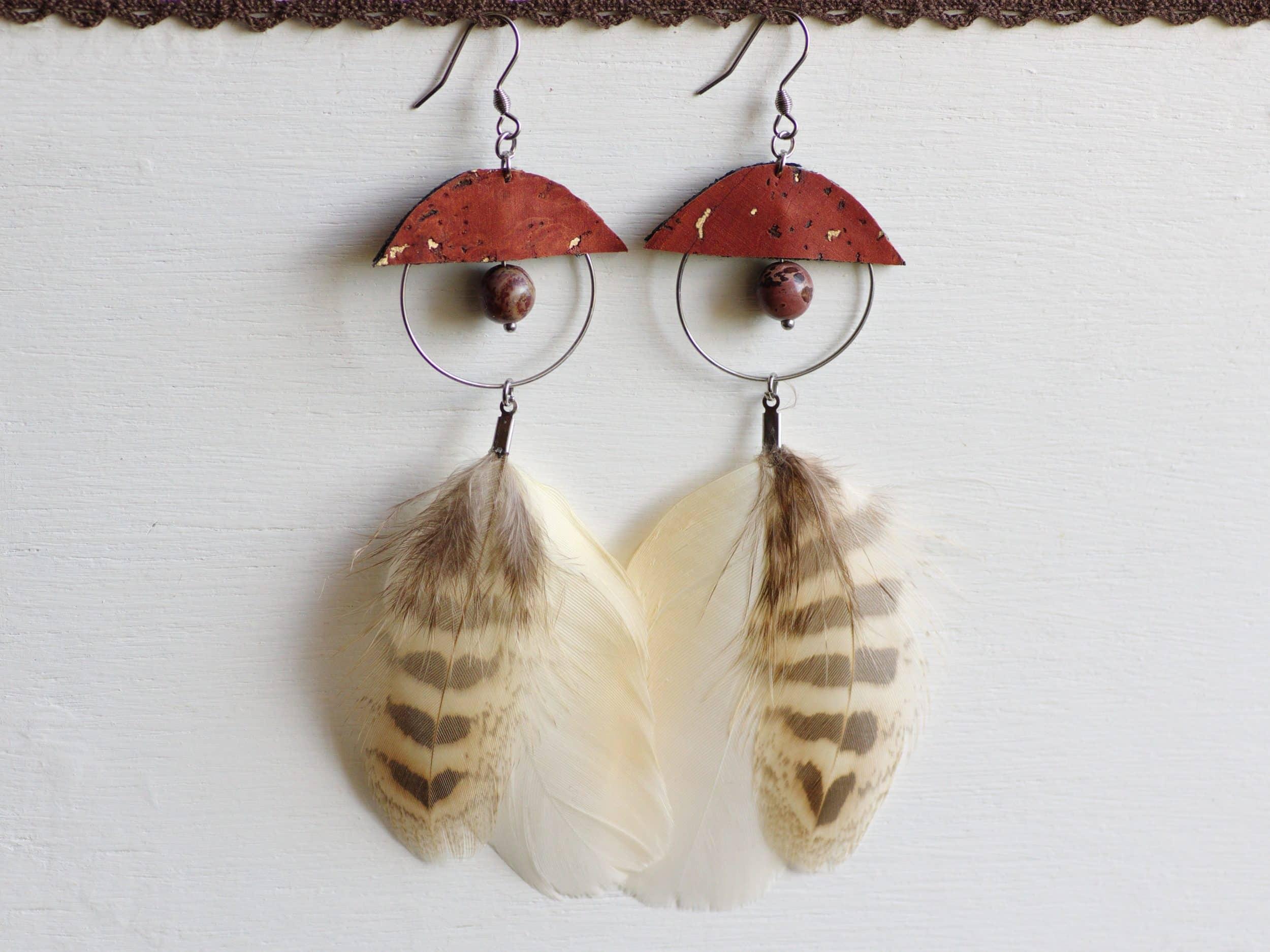 boucles d'oreilles représentant une demi chouette, la paire reconstitue une chouette entière. Tons beige, brun, blanc cassé. Liège marron.