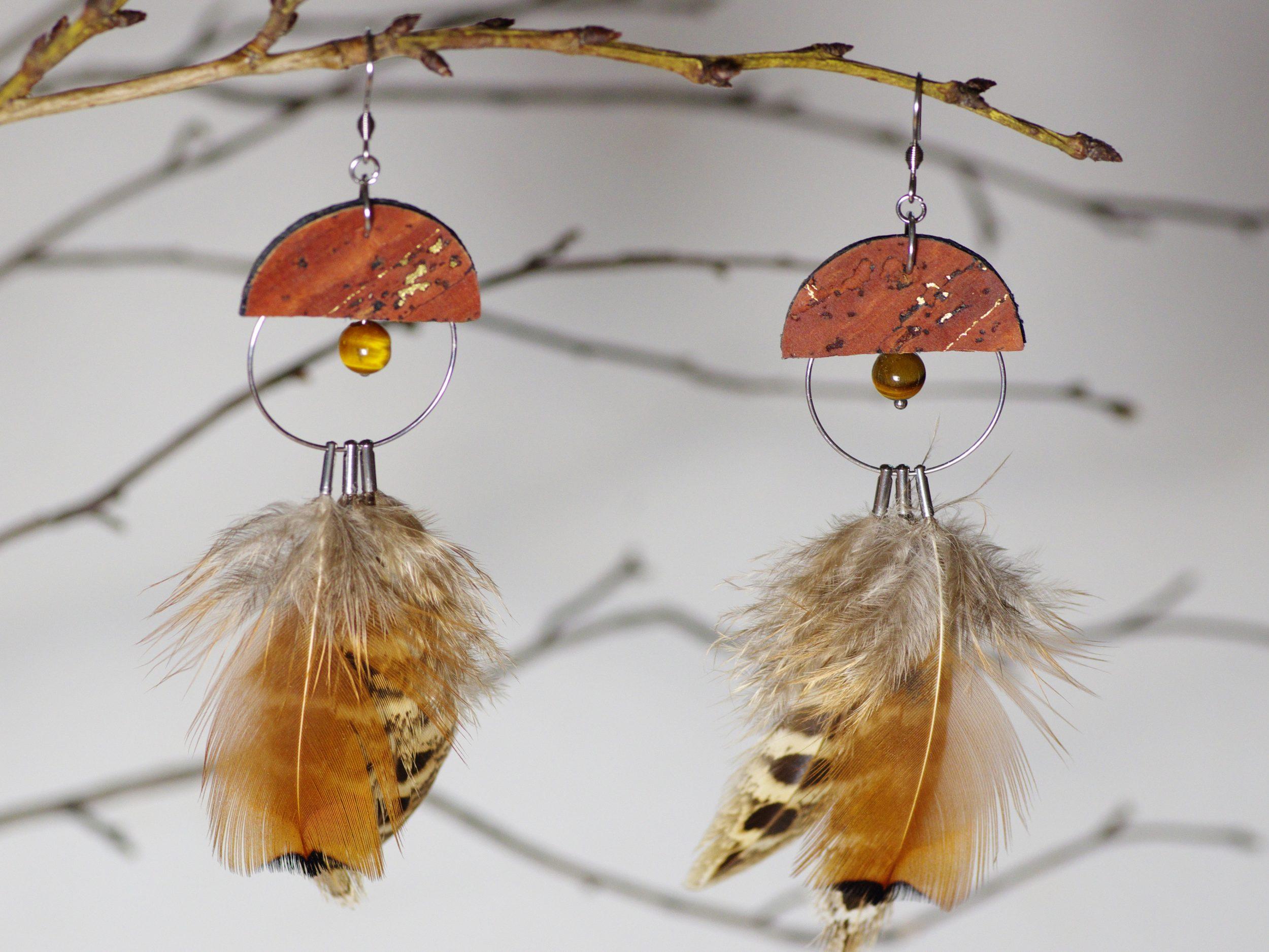 boucles d'oreilles chouette marron chaque boucle est la moitié d'une chouette. Plumes marron et beige, liège marron