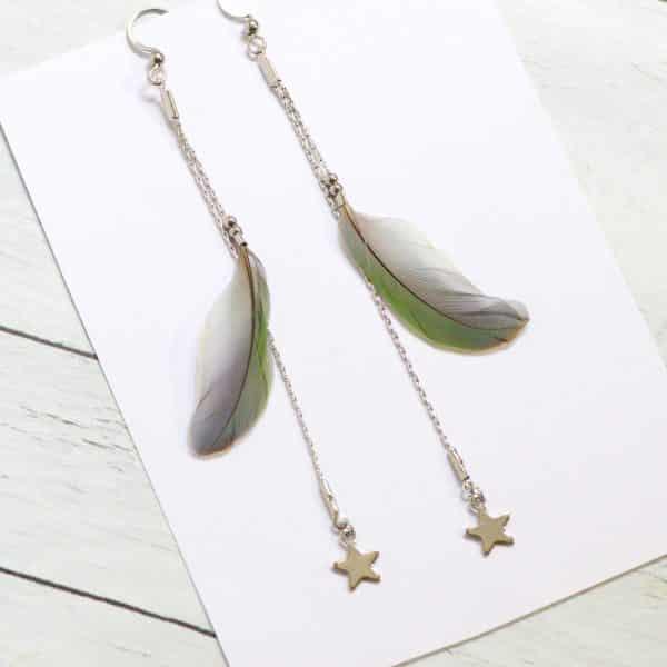 Boucles d'oreilles avec une plume verte et une petite étoile argentée (étoile inox)sur deux fines chaînes argentées