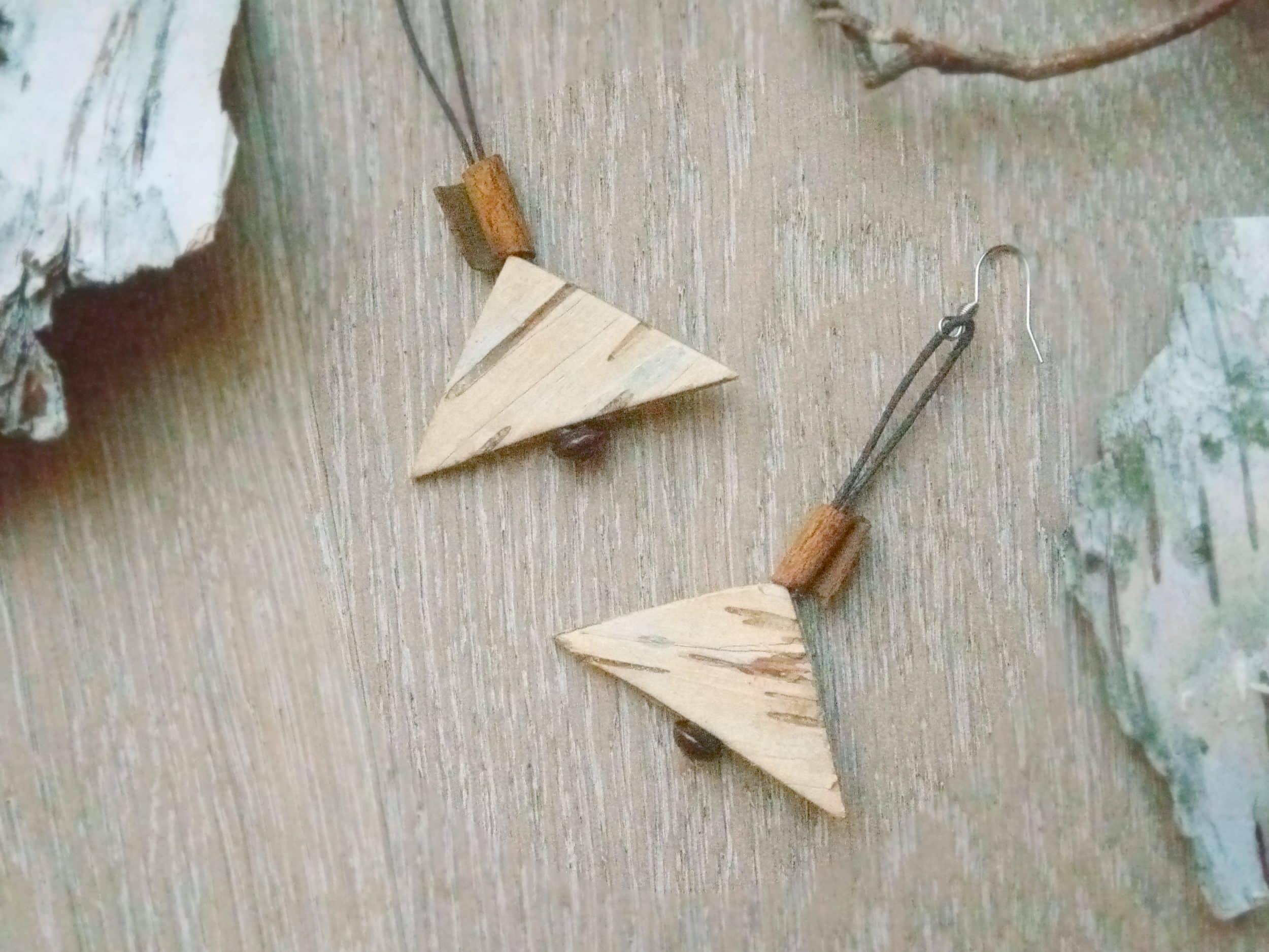 boucles d'oreilles longues, triangles d'écorce et morceau de cannelle pendant au bout d'un cordon marron