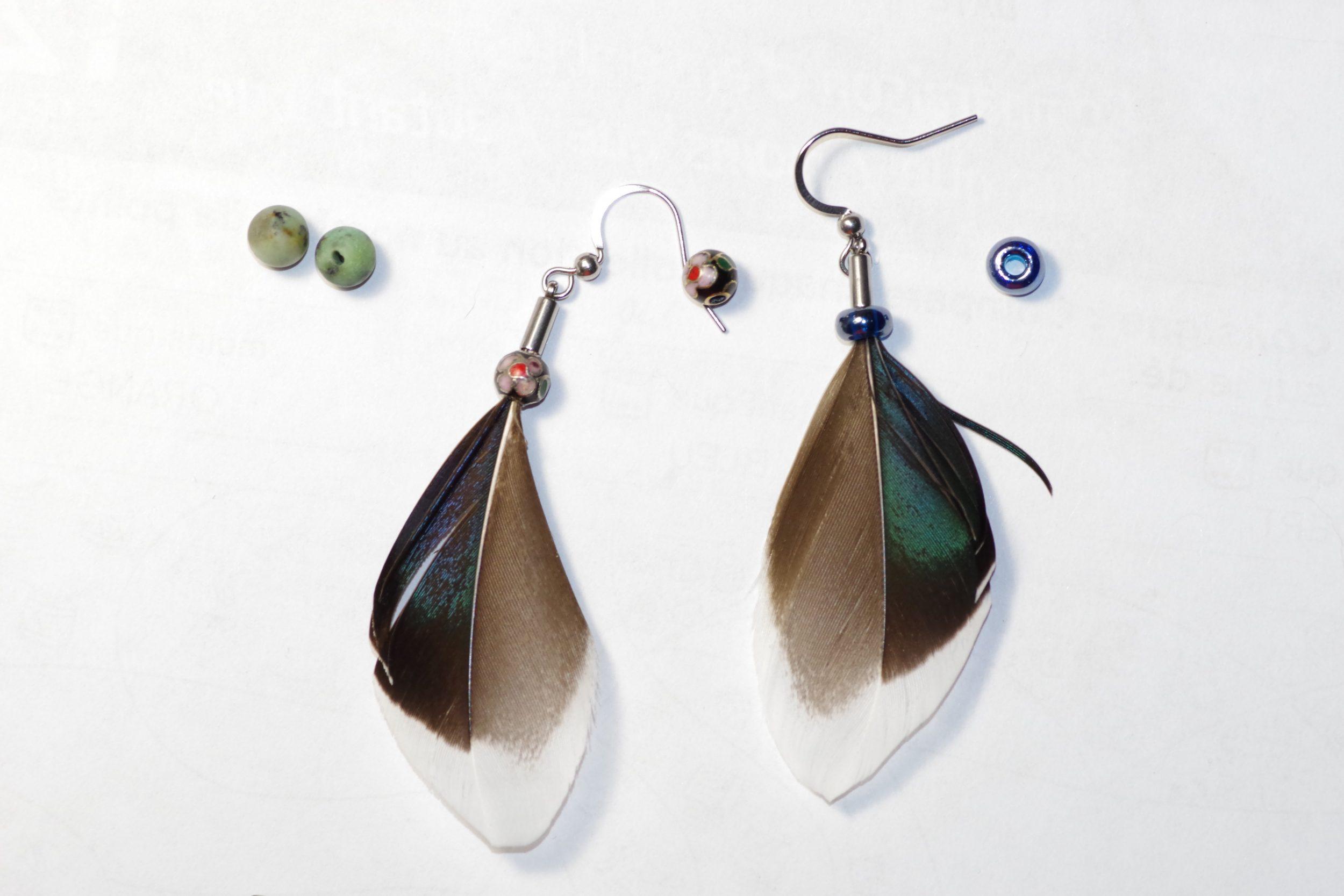 boucles d'oreilles en plumes de canard colvert à reflets irisés et petite perle de verre assortie