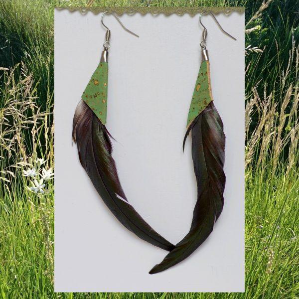 grandes boucles d'oreilles faites de plumes très longues et courbées et de liège vert