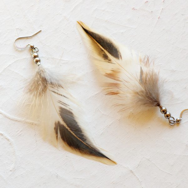 boucles d'oreilles en plumes beige et marron. Forme de flamme. Perles en inox
